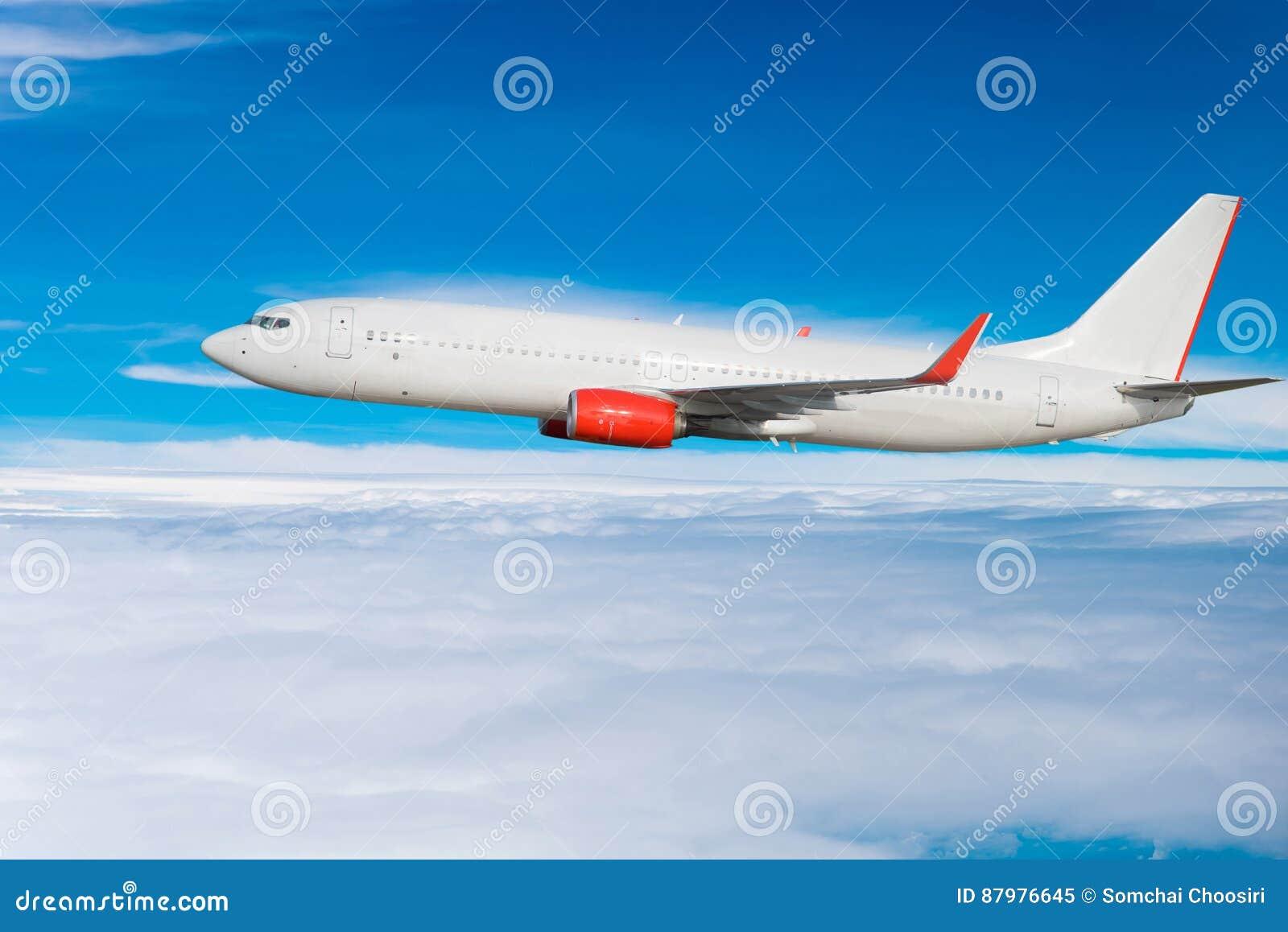 W niebie samolotowy latanie