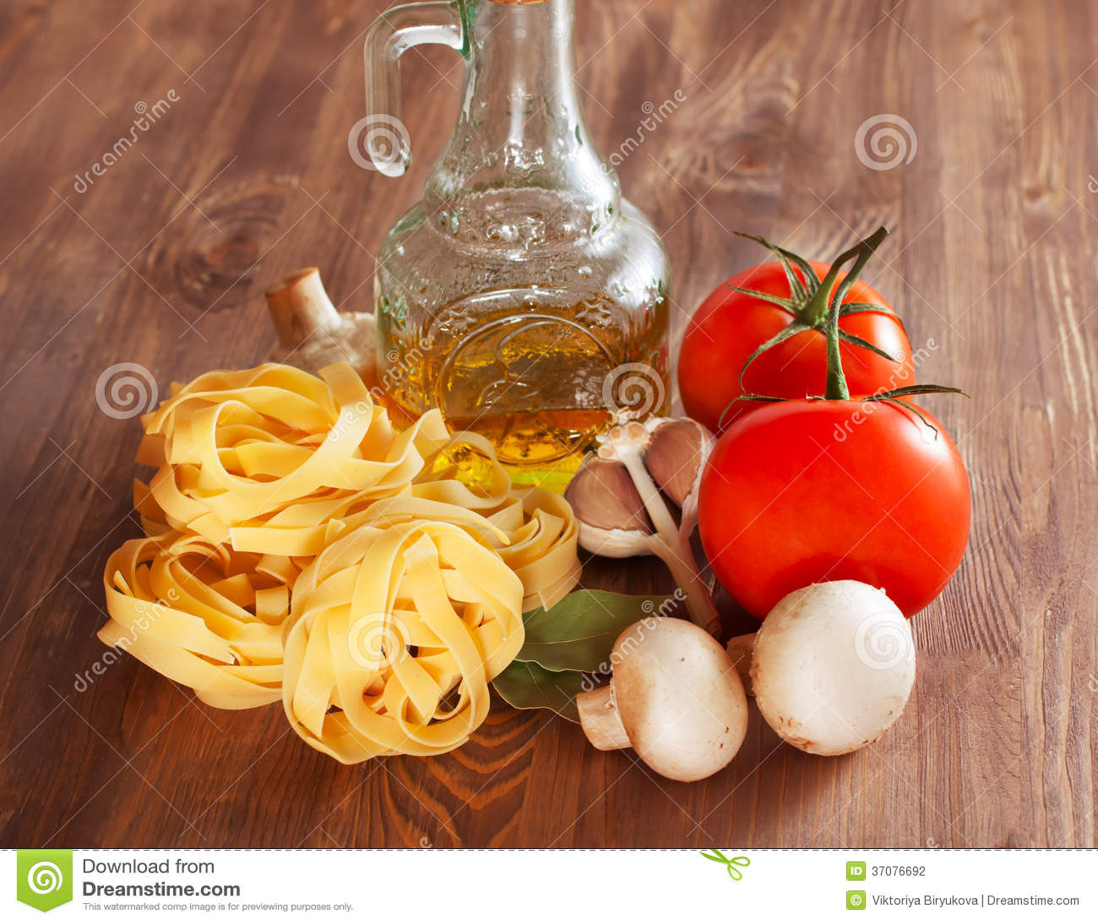 Download Włoski Makaron Z Pomidorami Zdjęcie Stock - Obraz złożonej z lifestyle, zaciemnia: 37076692
