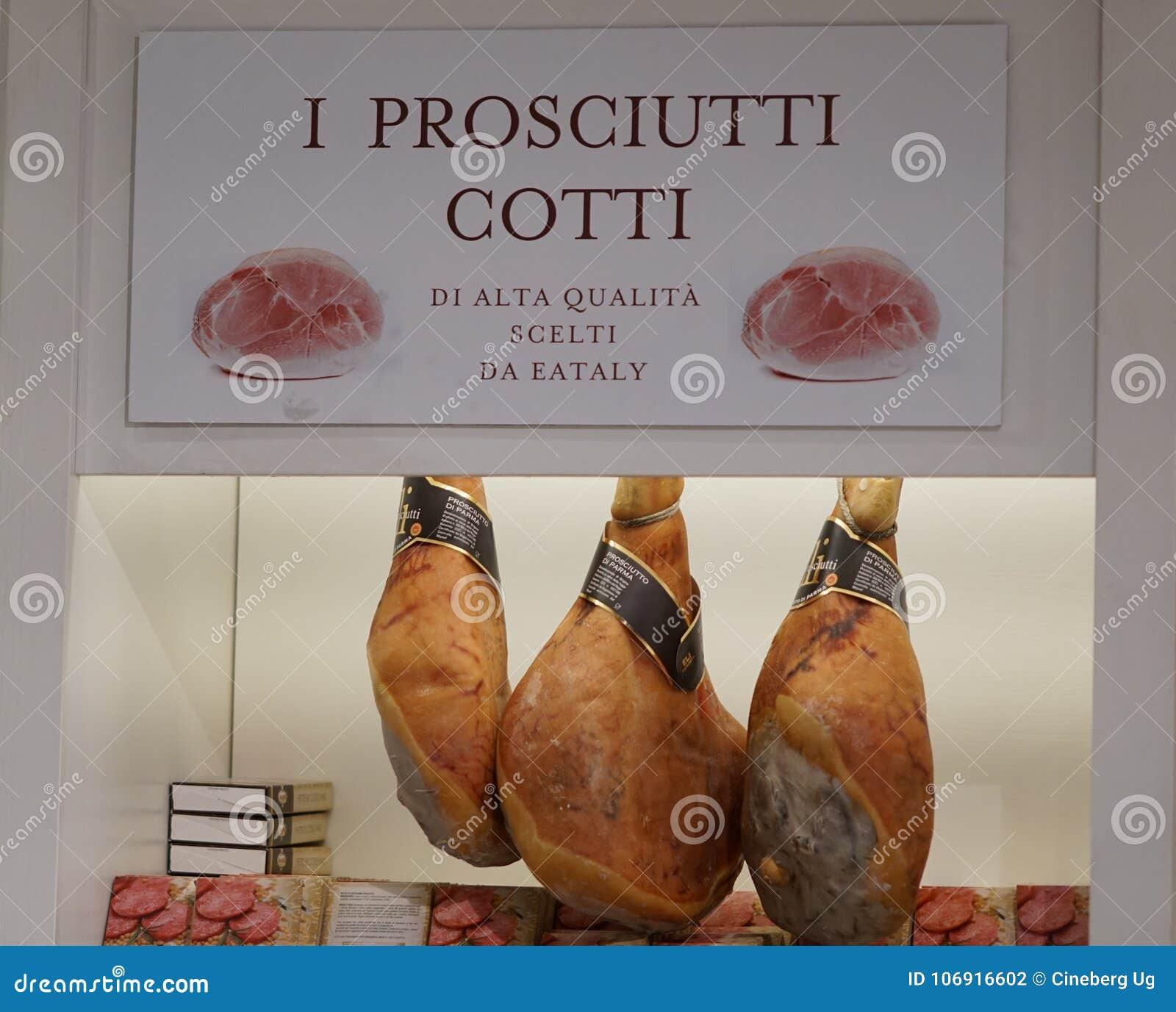 Włoski prosciutto baleronu obwieszenie w masarki ` s sklepie