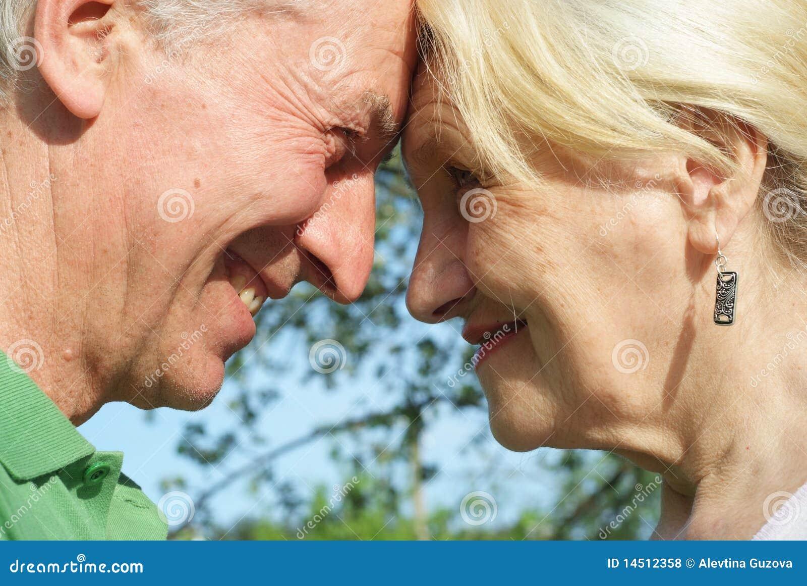 W parku starszej osoby para