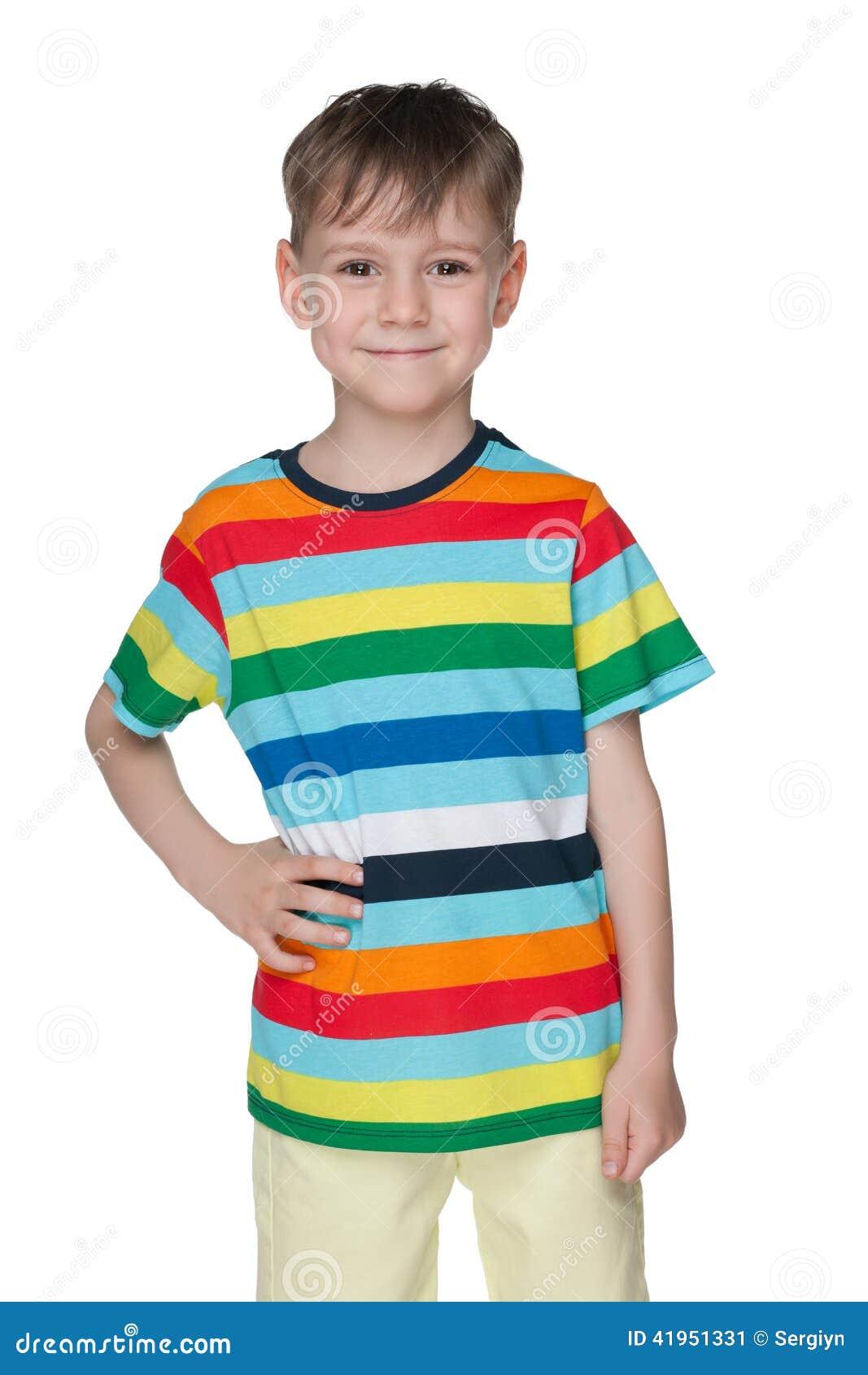 W pasiastej koszula rozochocona chłopiec