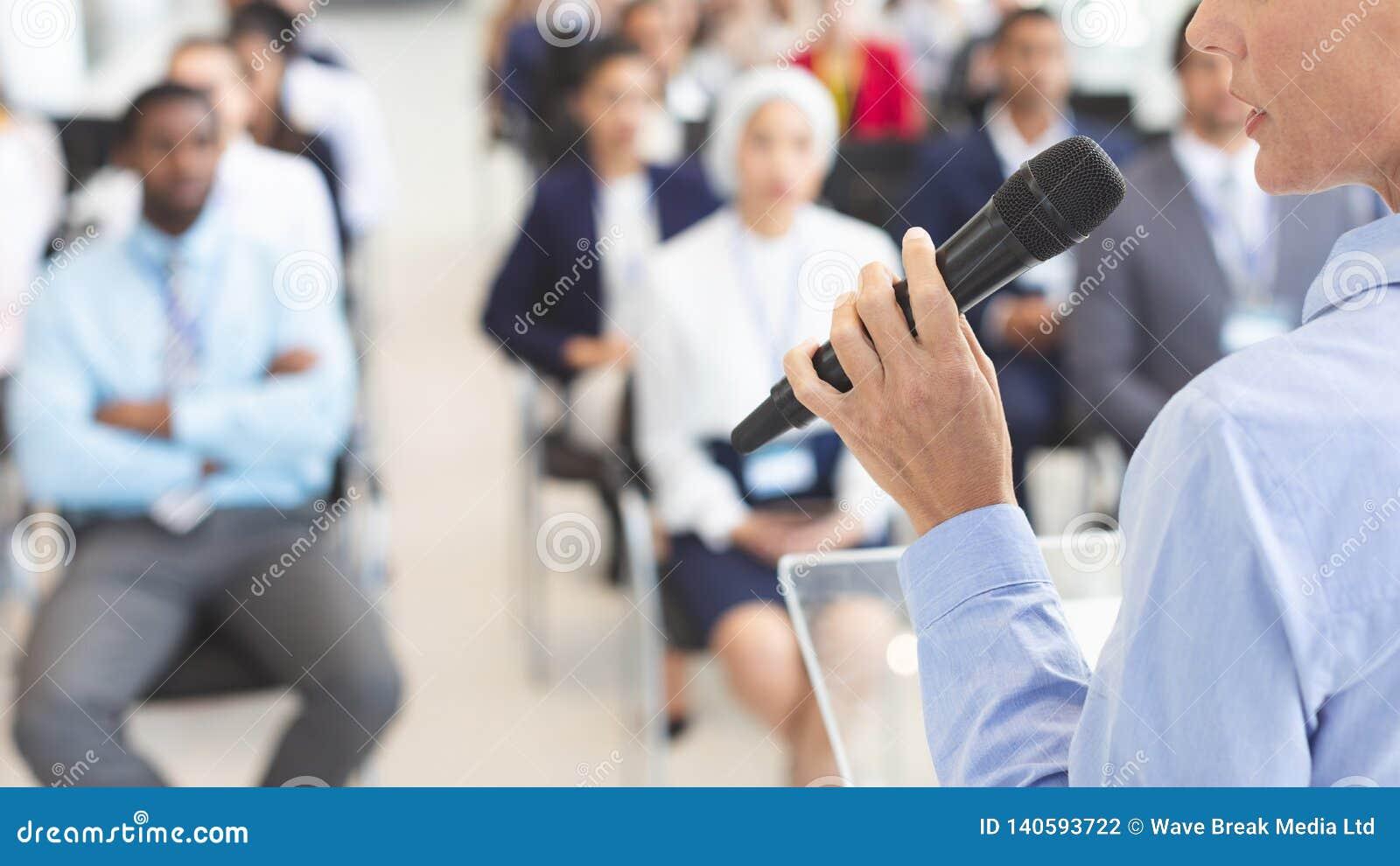 W połowie sekcja żeński mówca mówi w biznesowym konwersatorium