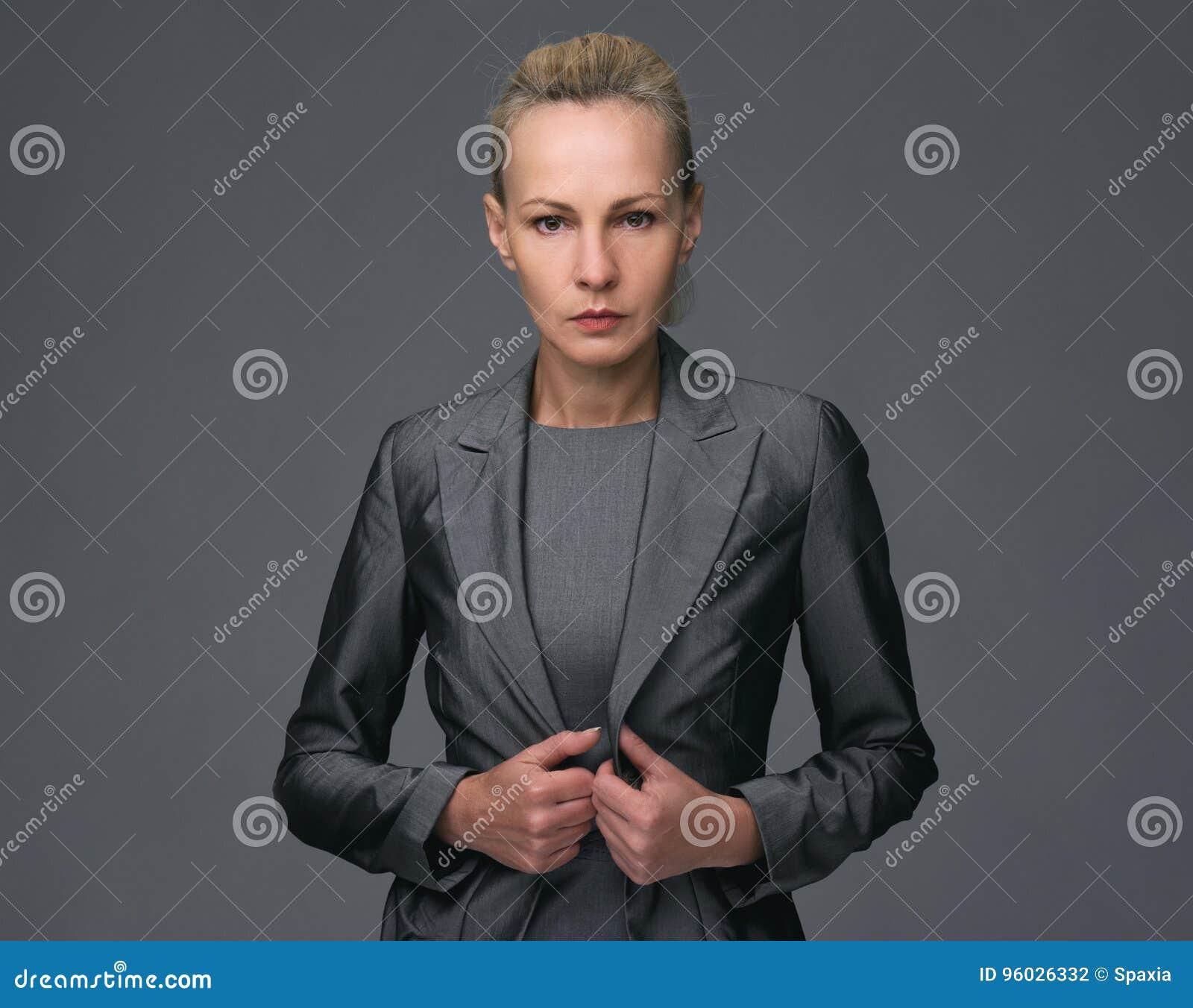 W połowie pełnoletnia Biznesowa kobieta w kostiumu, odosobnionym
