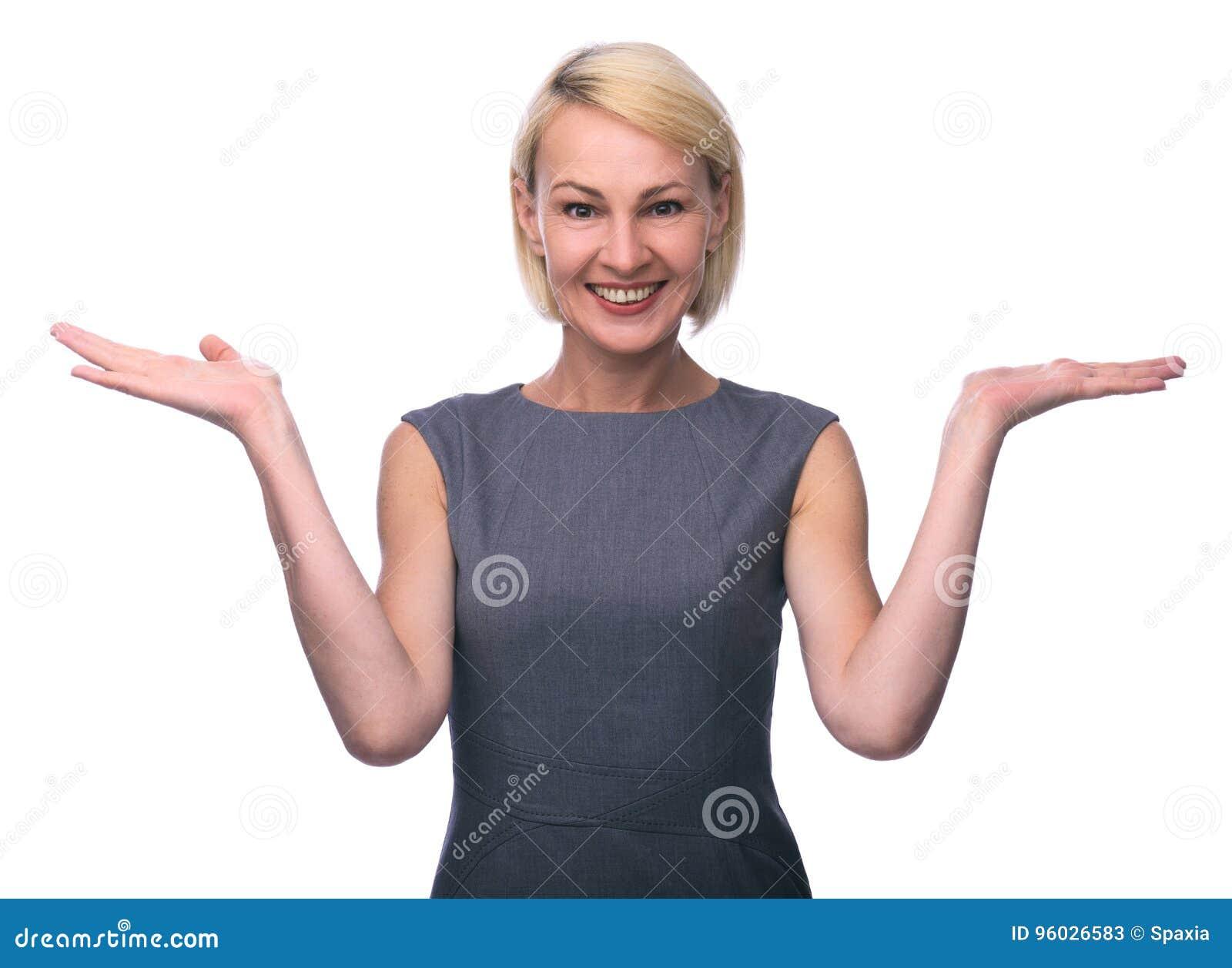 W połowie pełnoletnia kobieta gestykuluje z rękami i pokazuje równowagę