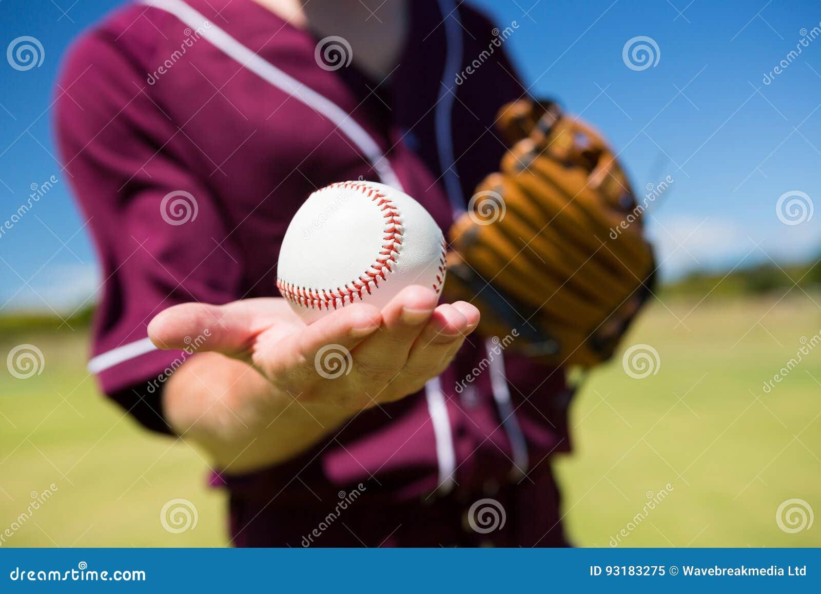 W połowie sekcja baseballa miotacza mienia piłka na palmie