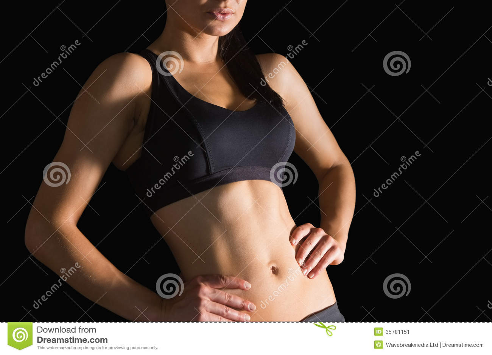 W połowie sekcja nikła sporty kobieta pozuje w sportswear
