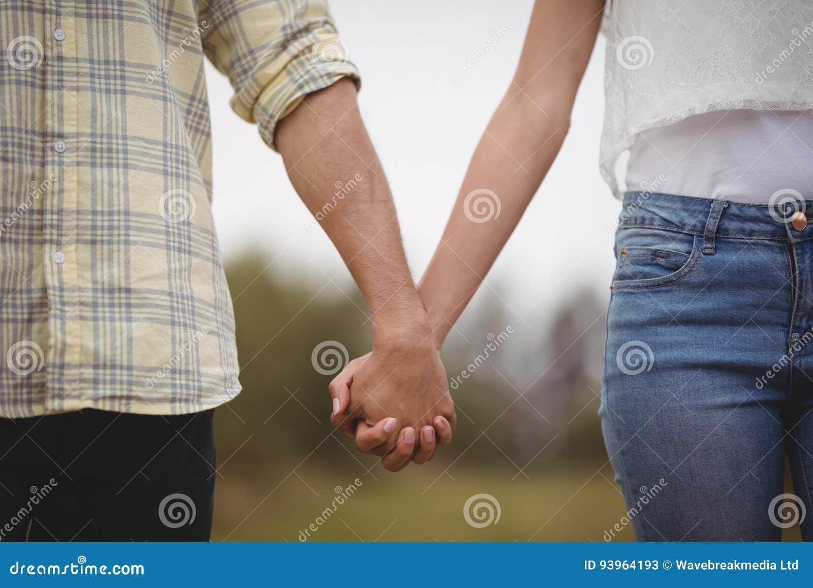 W połowie sekcja pary mienia ręki przy gospodarstwem rolnym