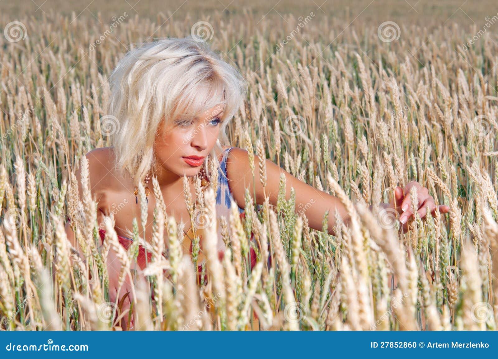 W pszenicznym polu piękna kobieta