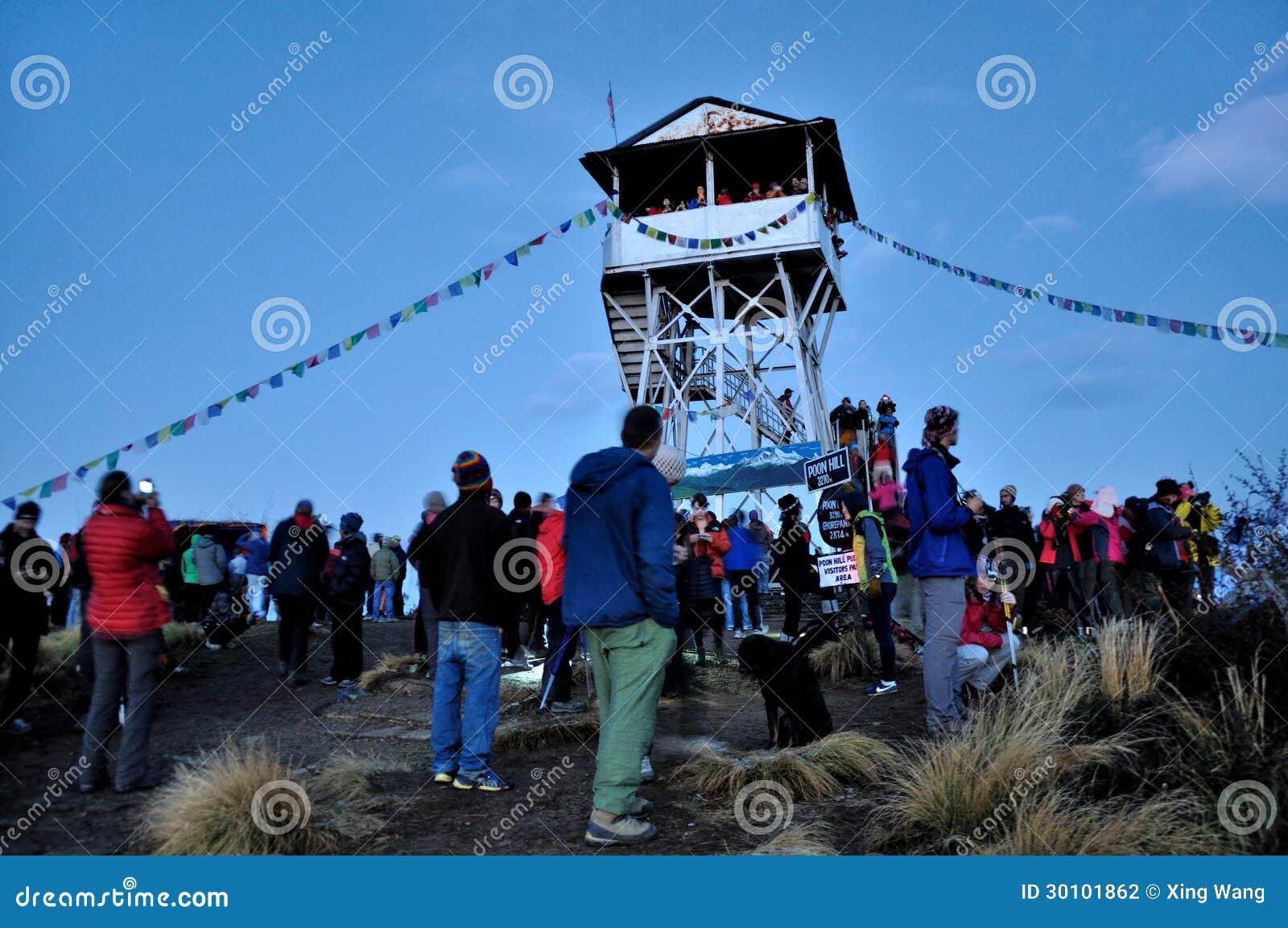 Podróżnicy stoi przy wierzchołkiem Poon wzgórze