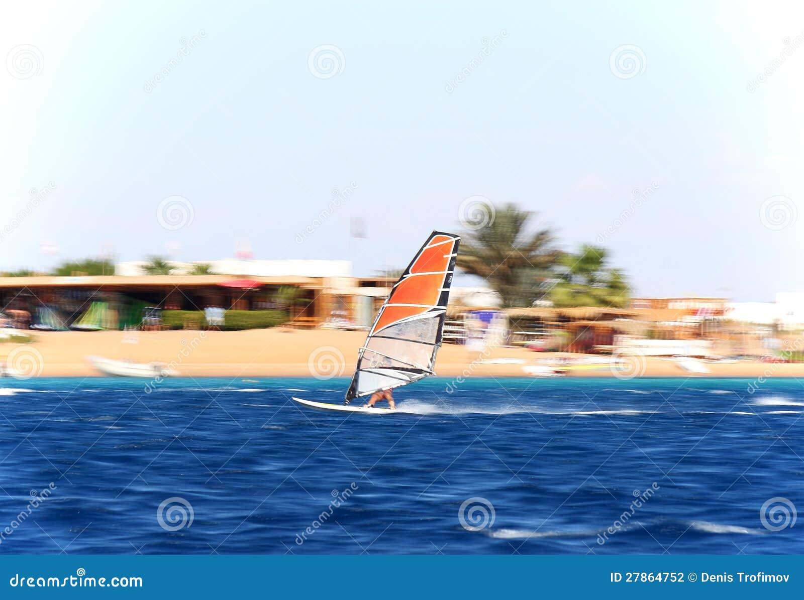 W ruchu jeden windsurfer