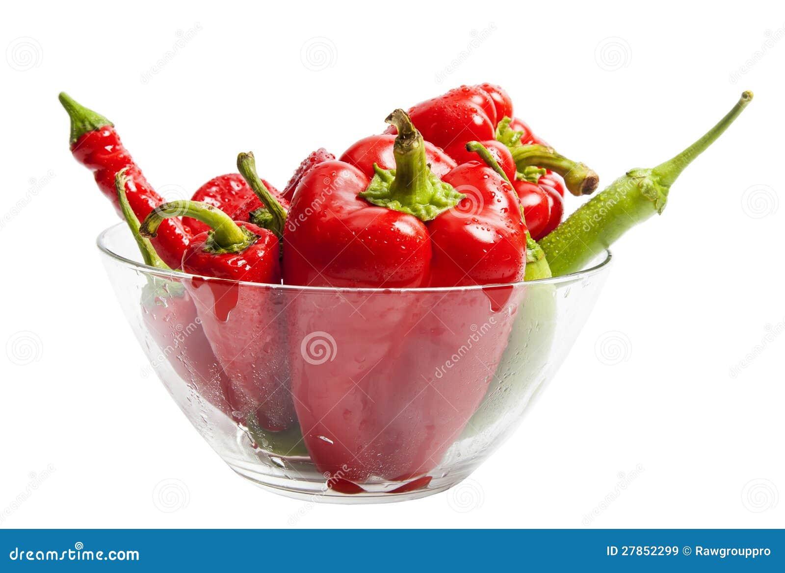W sałatkowym naczyniu czerwony i zielony pieprz