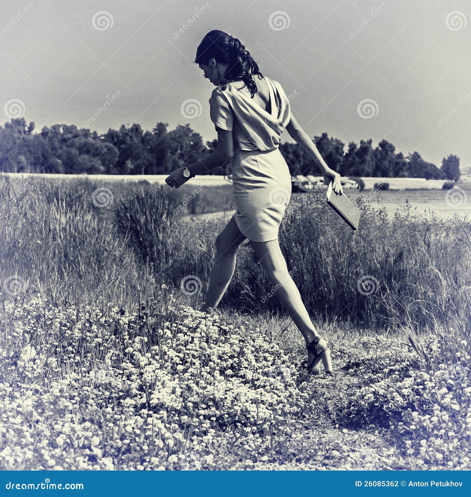 W sukni modna kobieta