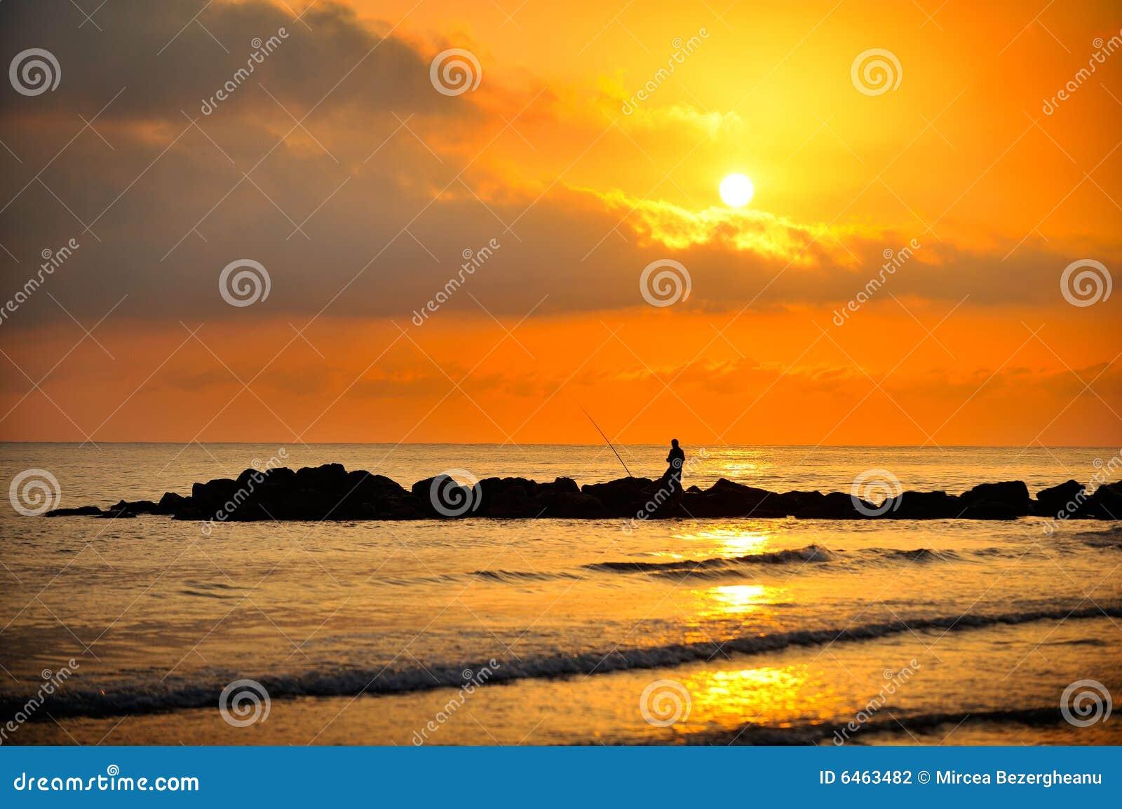 W sunrise morskim słońca