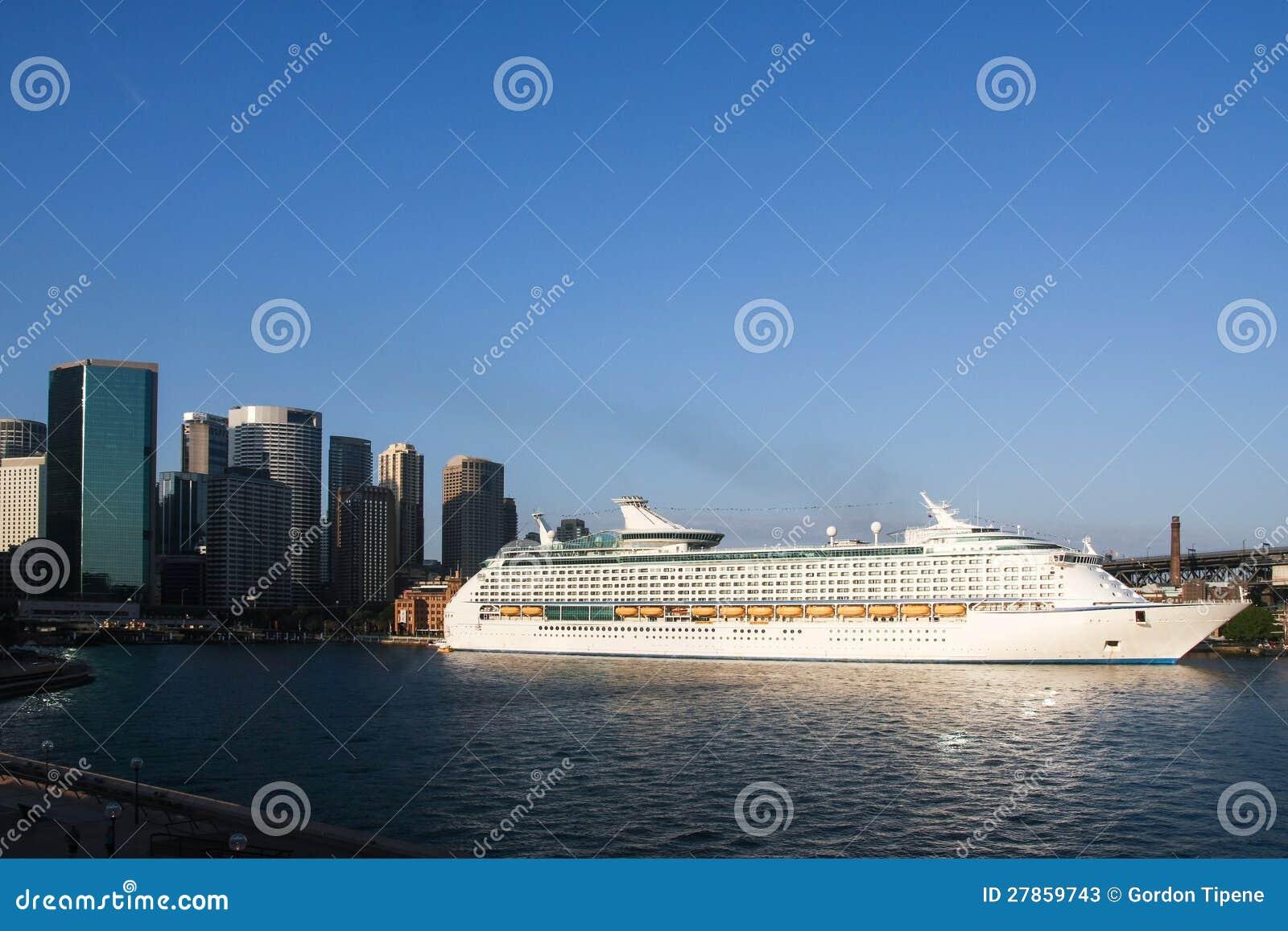 W Sydney gigantyczny statek wycieczkowy, Australia.