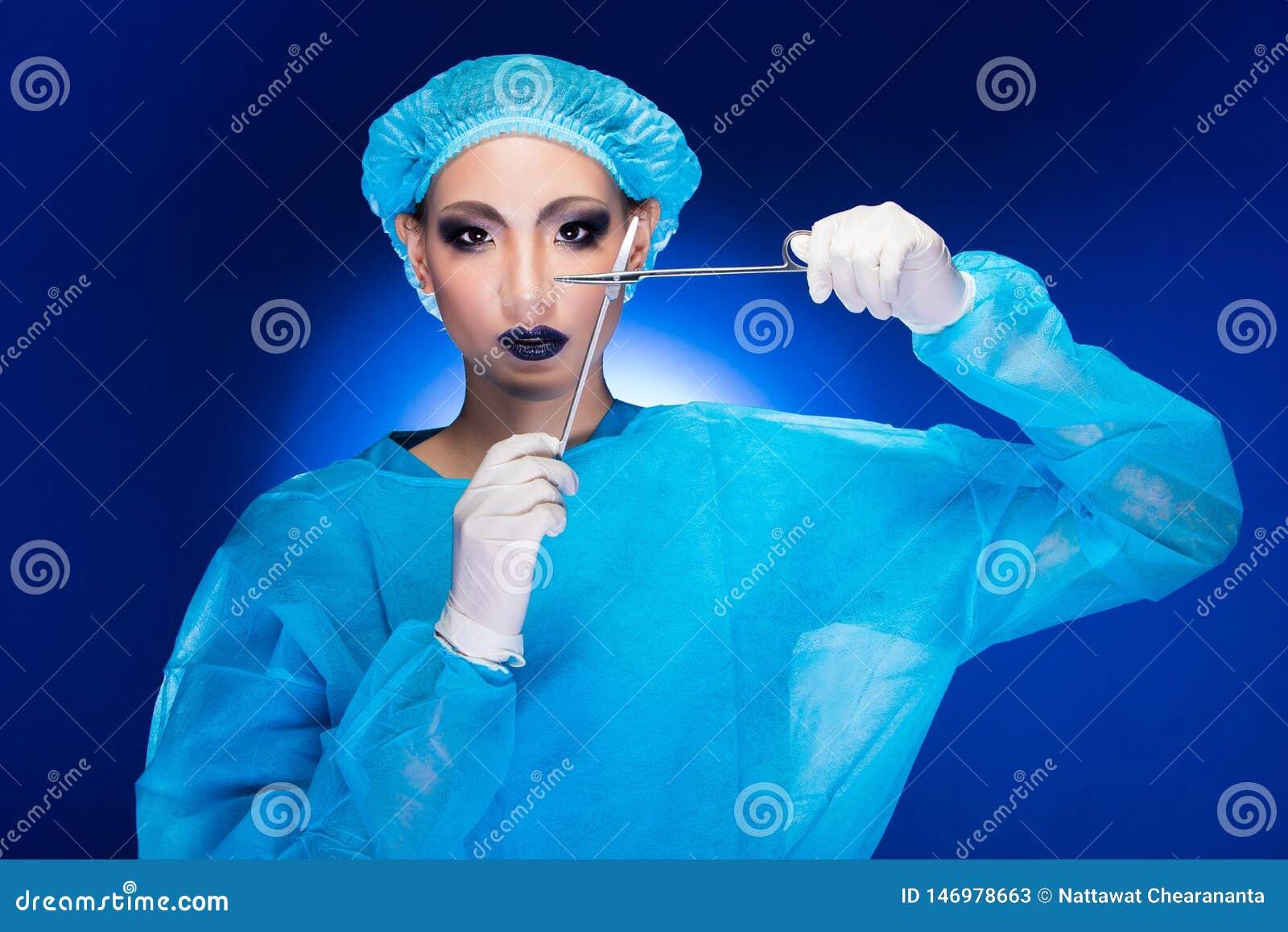 W?tender Doktor Nurse der plastischen Chirurgie in der Hygiene-Klage