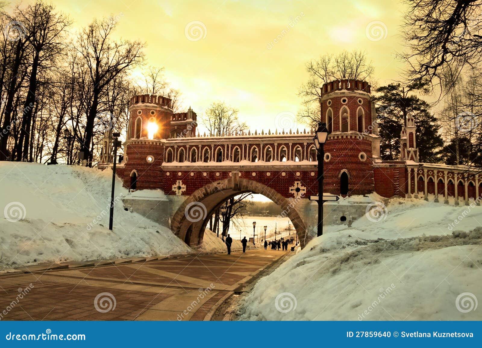 W Tsaritsyno obliczający most. Moskwa