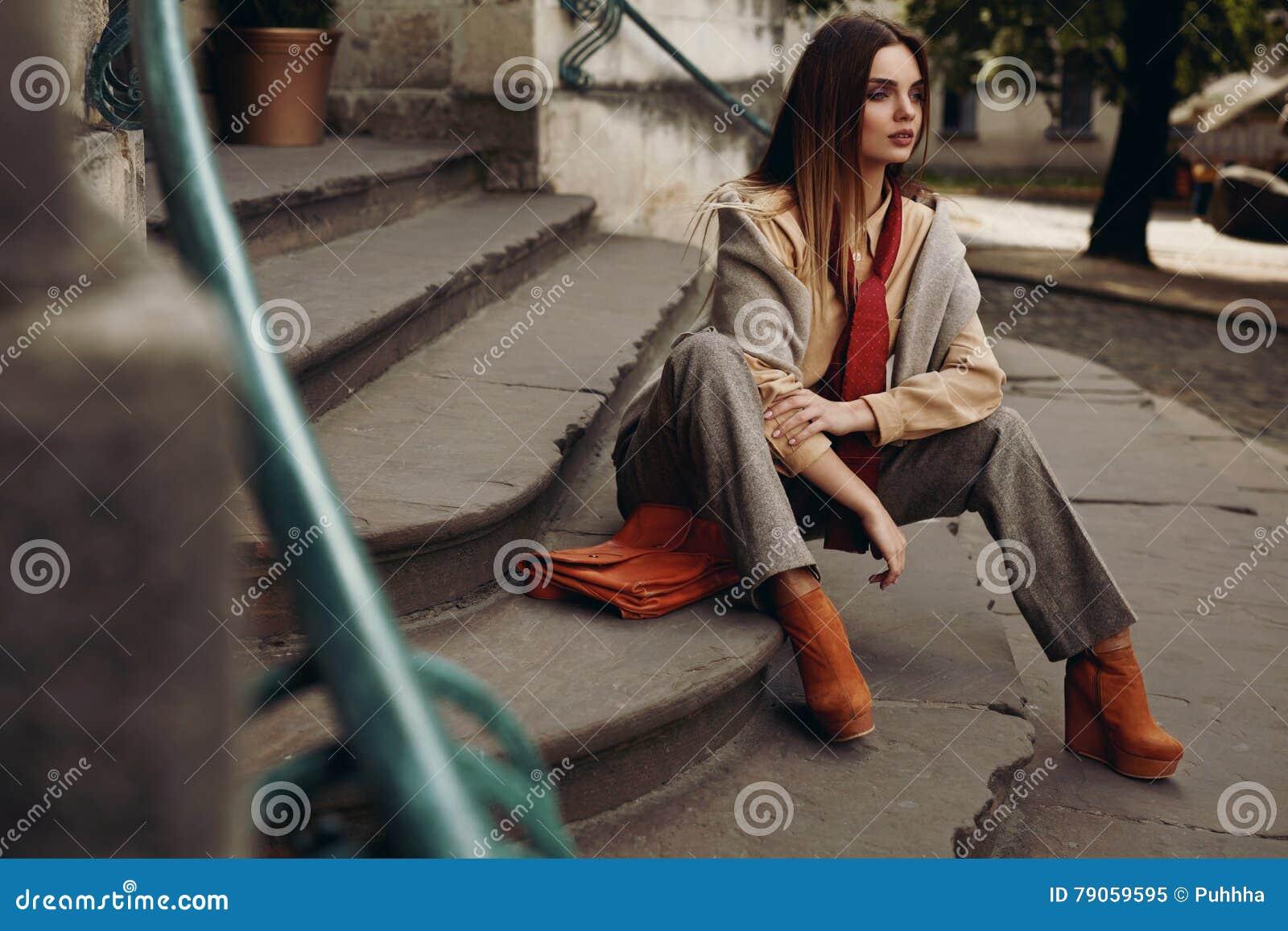 W Ulicie moda Model Piękna kobieta w modnych ubraniach