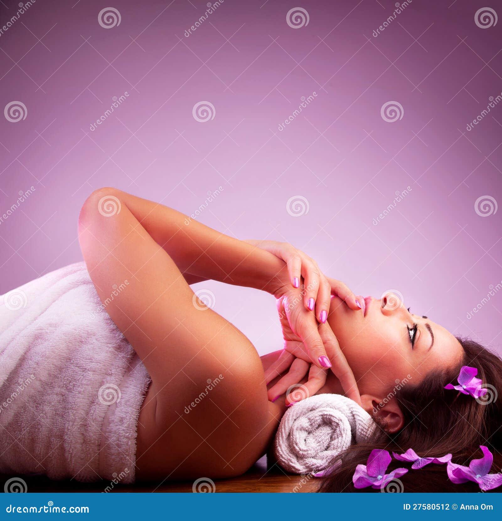 W zdroju salonie piękna dziewczyna