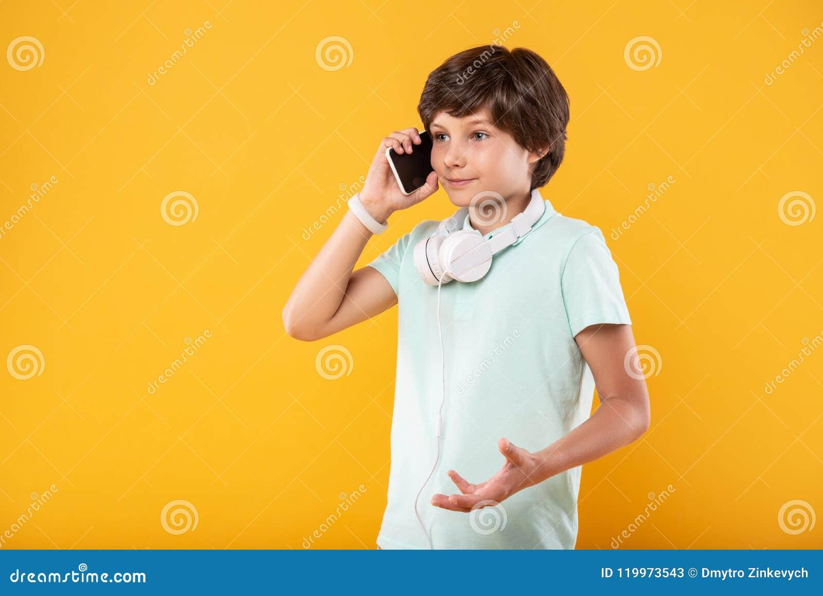 Waakzaam kind die op de telefoon spreken