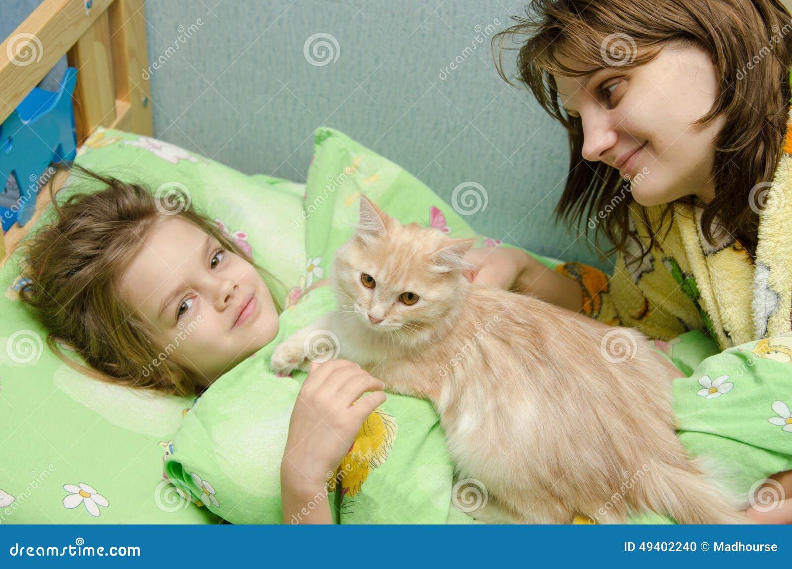 Download Wache Katze Der Mutter Und Der Tochter Morgens Stockfoto - Bild von mutter, schlaf: 49402240