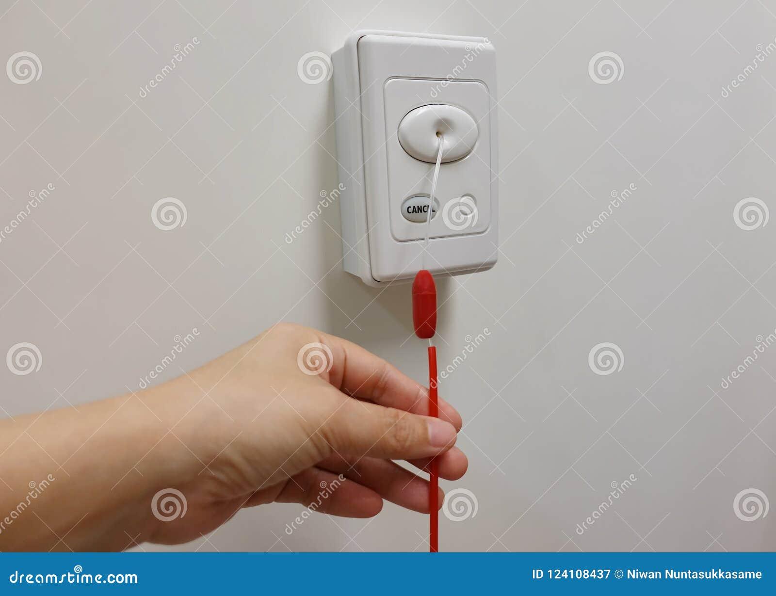 Wachsamer Knopf des Notrufs in der Krankenhaustoilette