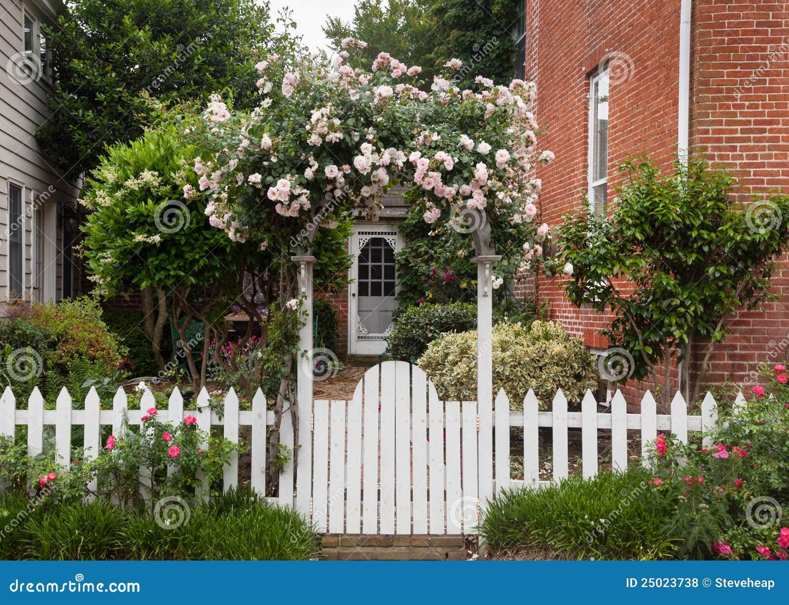 Wachsender Weißer Pfostenübermäßigzaun Der Wilden Blumen