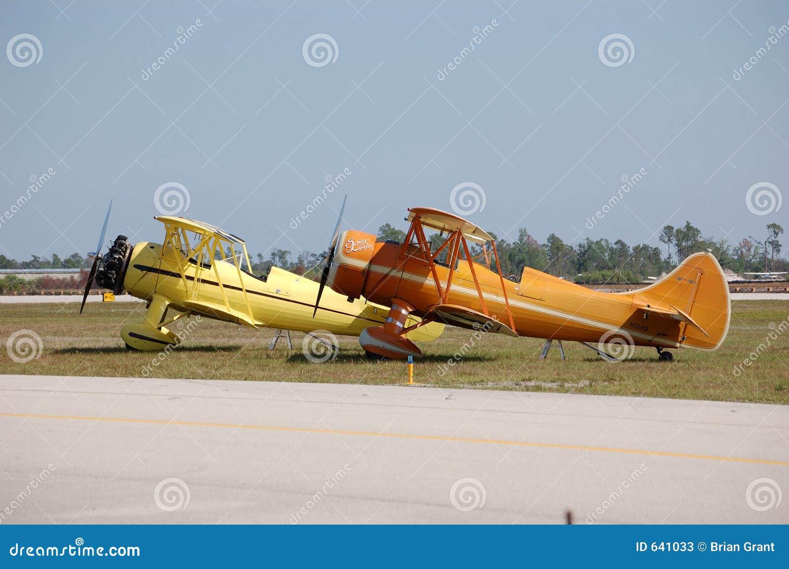 Download Waco самолет-бипланов 2 стоковое изображение. изображение насчитывающей безвоздушные - 641033