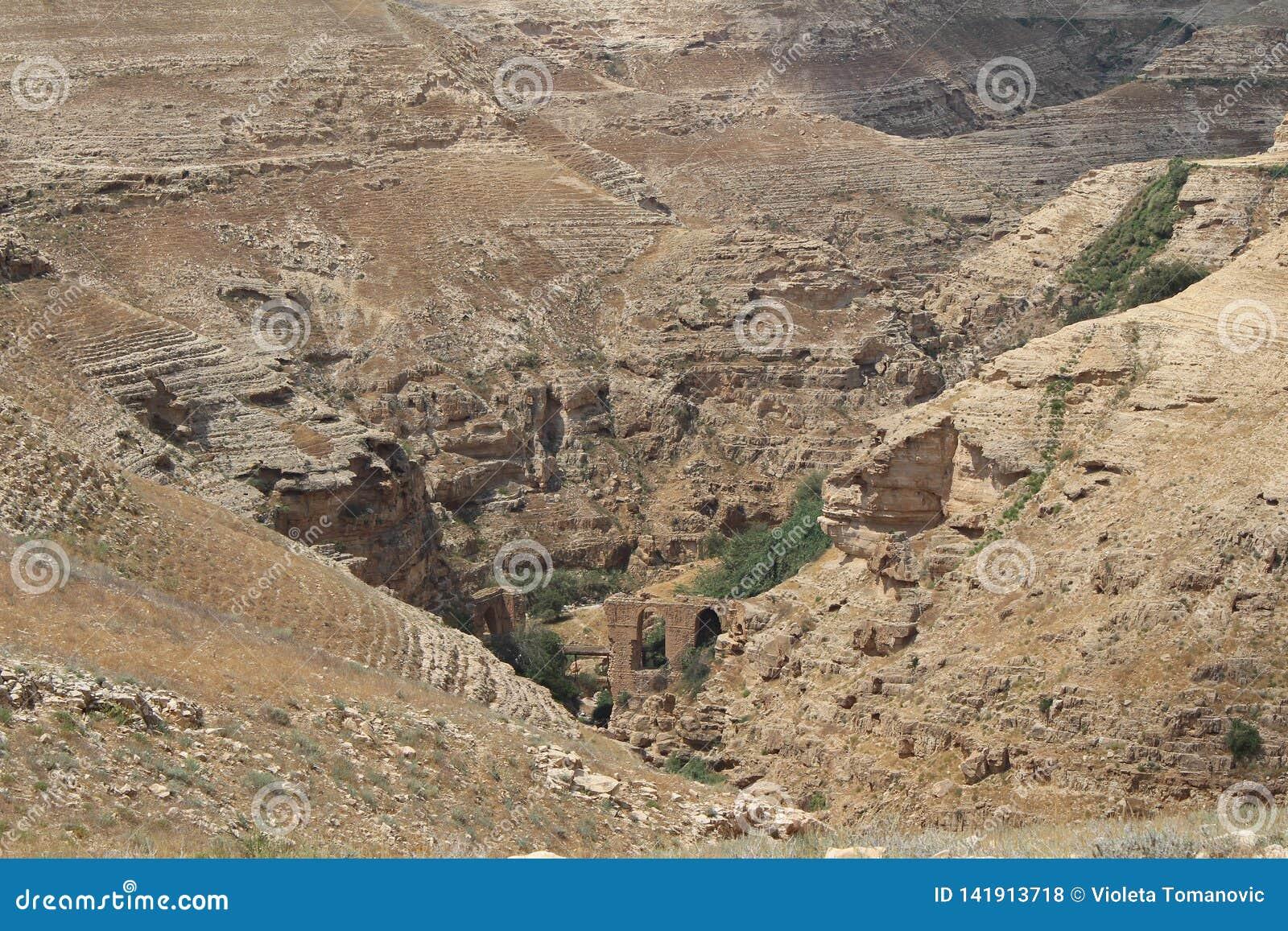 Wadi Qelt in Judean-woestijn dichtbij Jericho, aard, steen, rots en oase Unseen, onbekende, onverkende plaatsen, verborgen reis