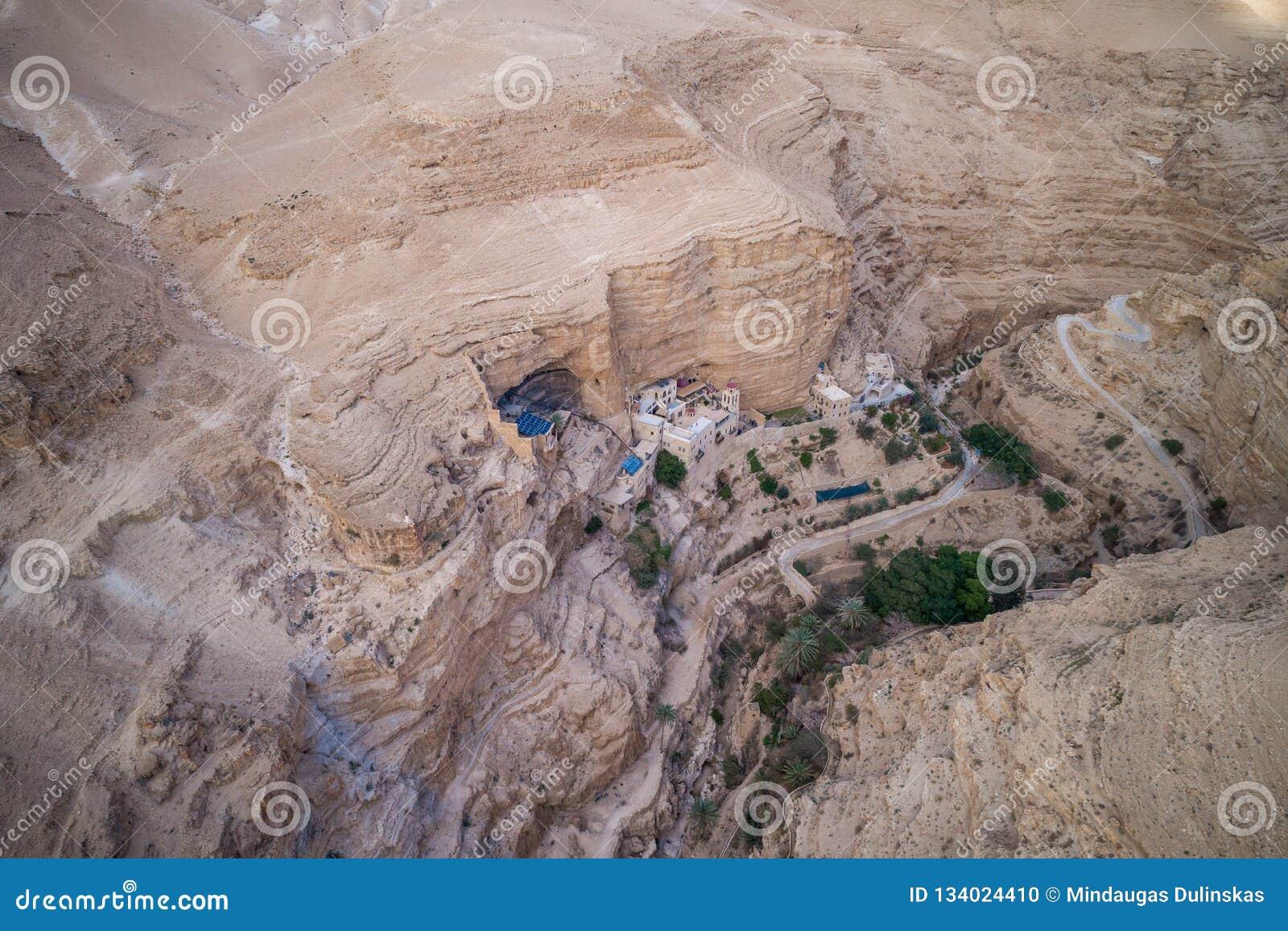 Wadi Qelt no deserto de Judean em torno de St George Orthodox Monastery