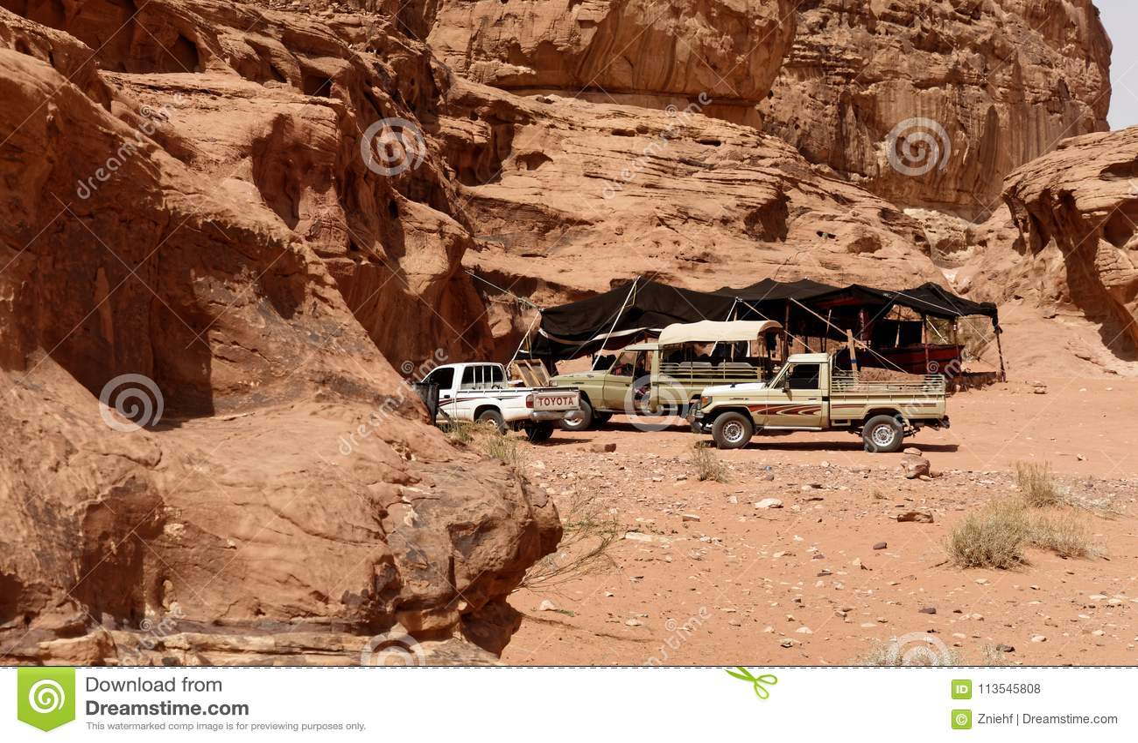 Wadi Rum, Jordânia, o 8 de março de 2018: Acampe para o turista que chega em SUV com uma tisana de refrescamento do serviço beduí
