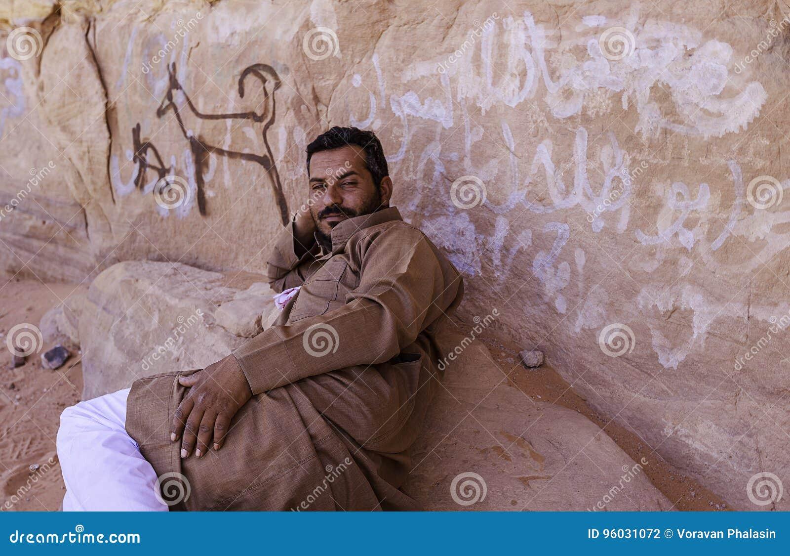 Wadiego rum, Jordanowski † Czerwiec 20, 2017: Beduiński mężczyzna lub Arabski mężczyzna w tradycyjnym stroju, łgarski puszek na