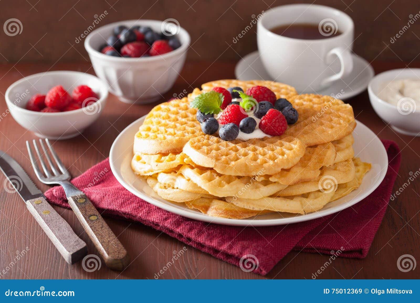 Waffeln mit Cremefraiche und -beeren zum Frühstück