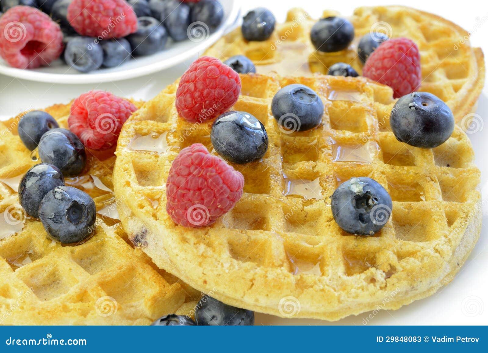 Waffles com mirtilos e close up das framboesas