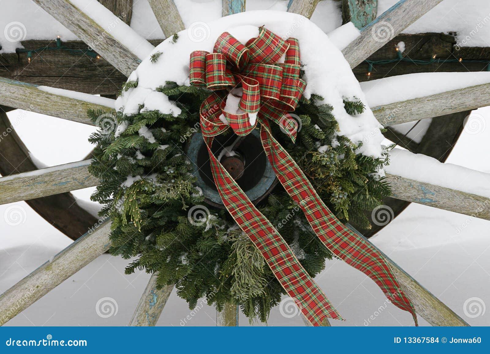 Wagaonwheel Wreath mit Schnee