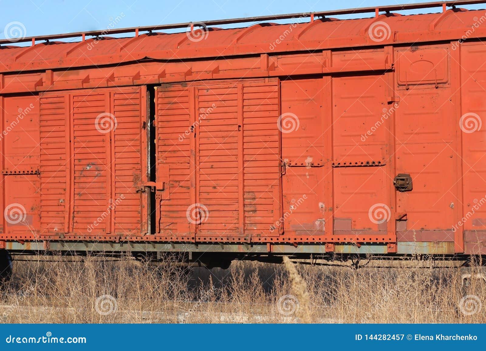 Wagen van een oude roestige goederentreintribunes op de sporen