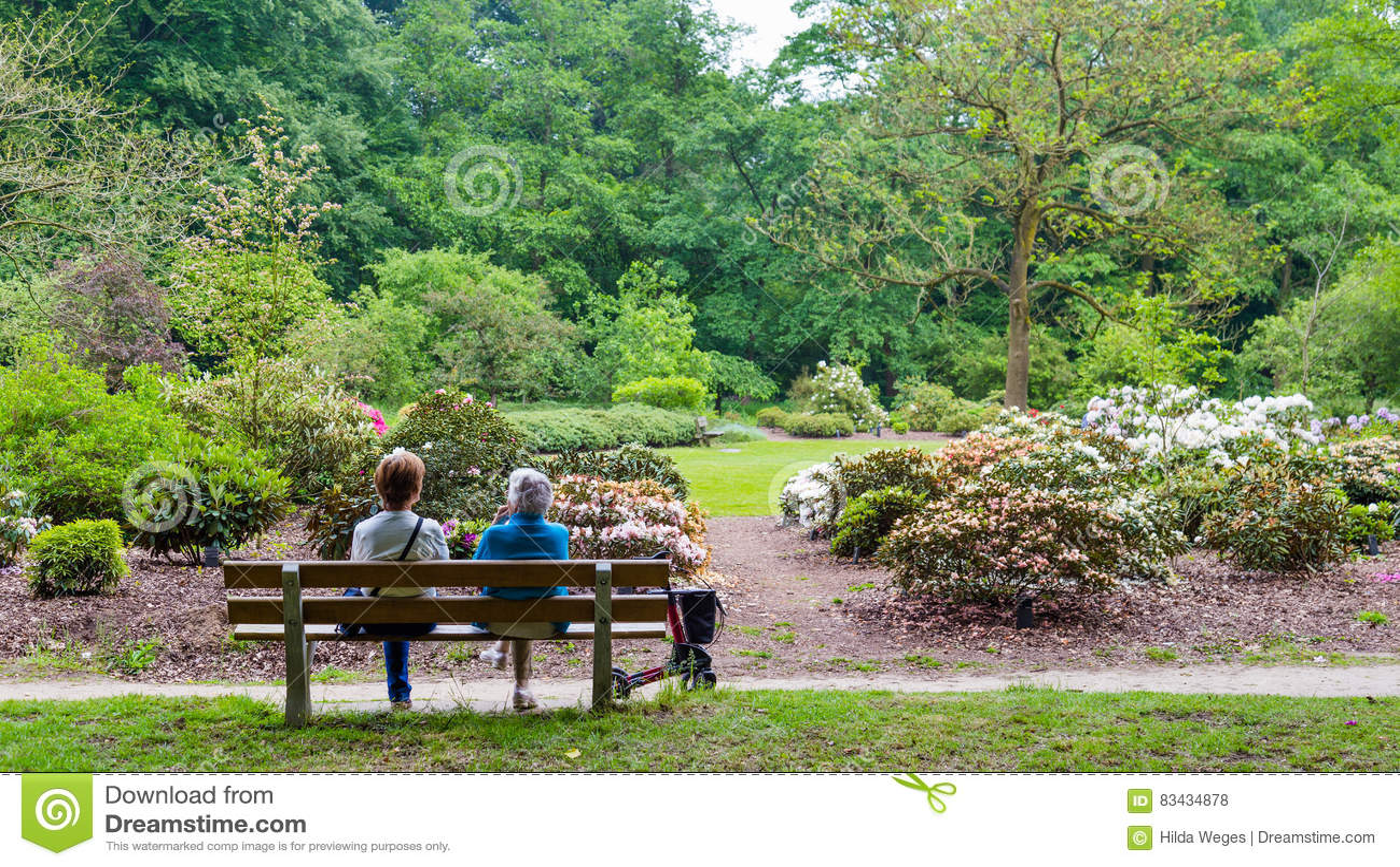 WAGENINGEN, holandie - KWIECIEŃ 30, 2016: Dwa kobieta odpoczywa na ławce