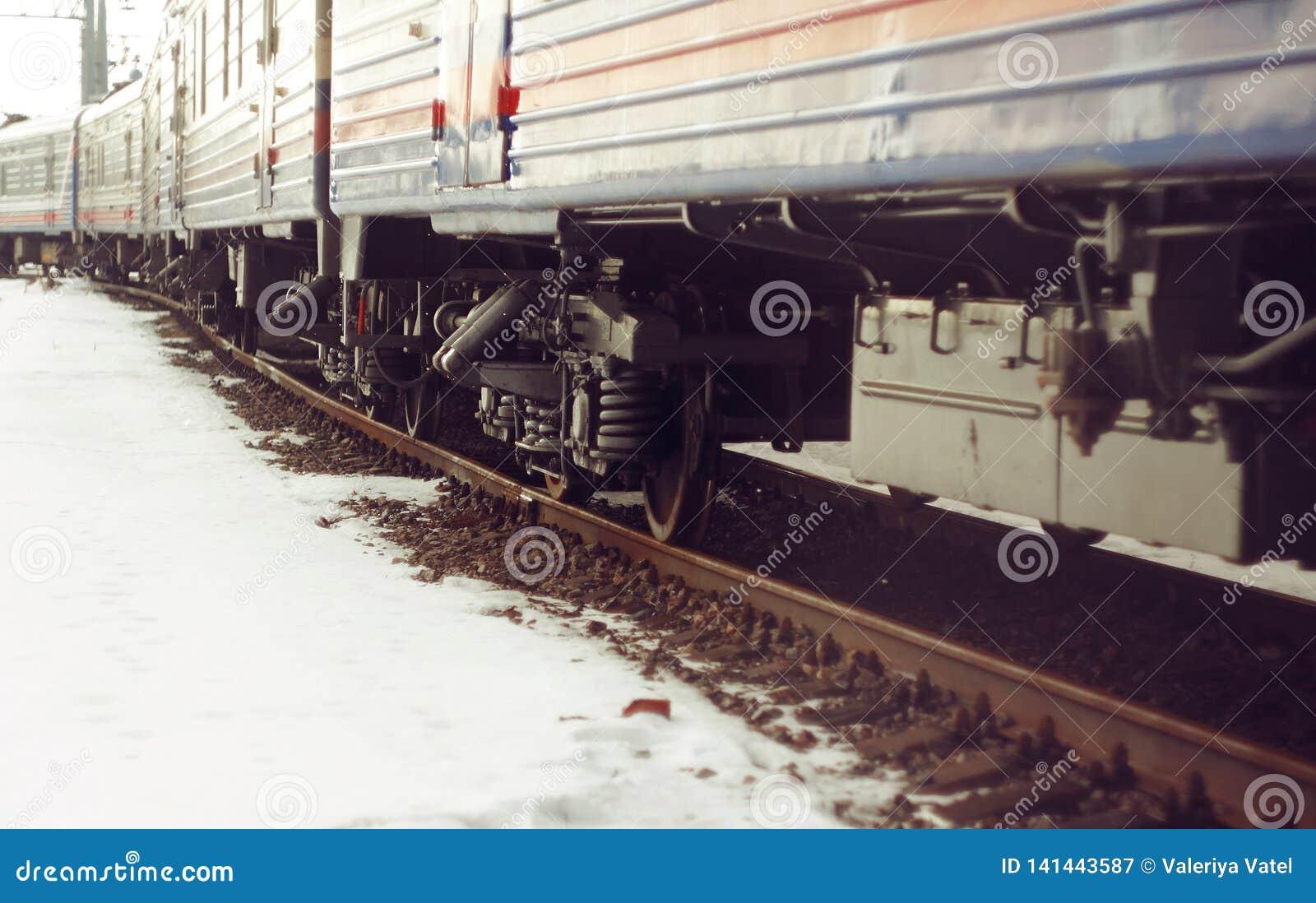 Wagentrein, die zich op de sporen bevinden, die met roest behandeld zijn