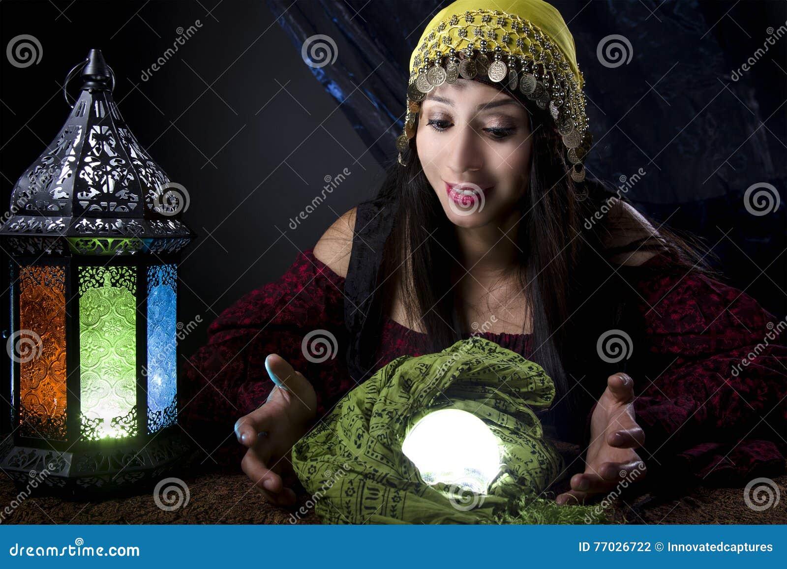 Wahrsager, der Crystal Ball betrachtet