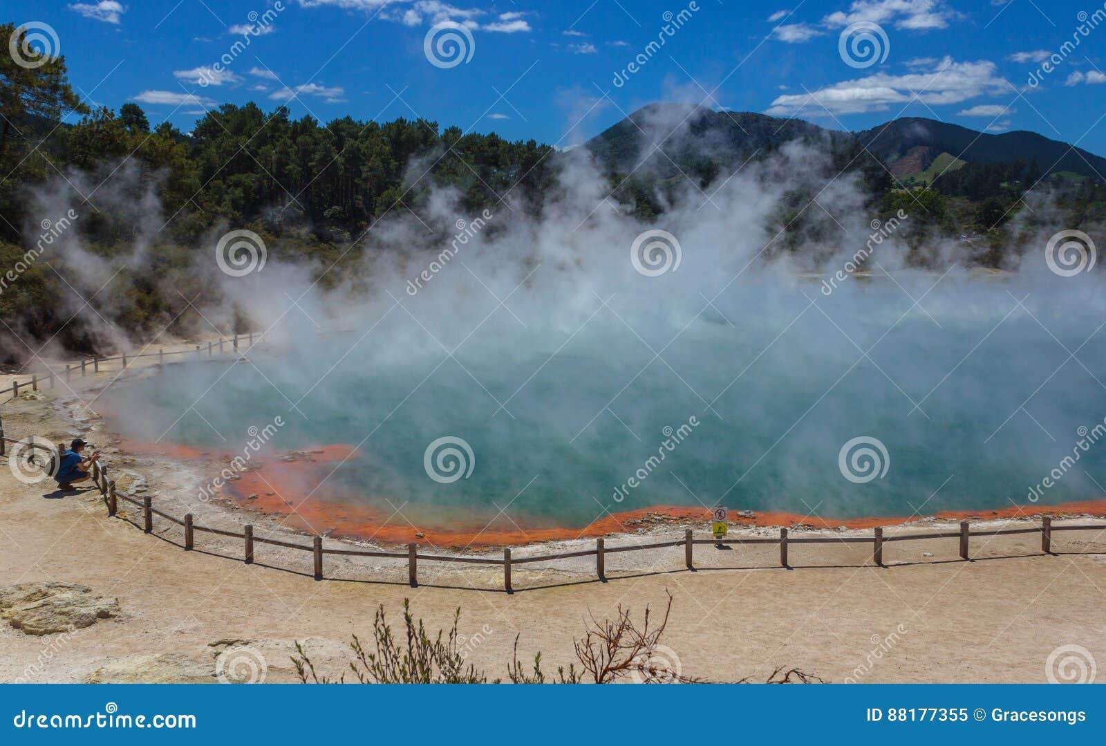 """Wai-O-Tapu或神圣的水†""""热量妙境的罗托路亚新西兰香槟池"""