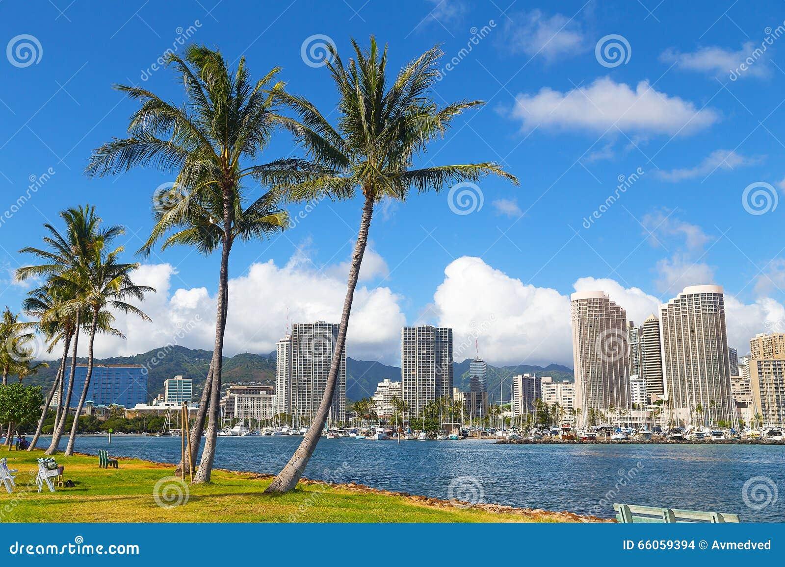 Waikiki strandsemesterort och marina i Honolulu, Hawaii, USA