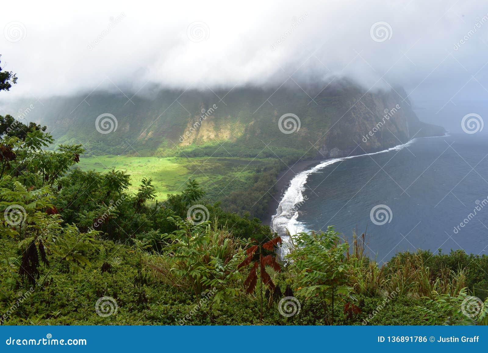 Waimea谷夏威夷忽略肥沃乌托邦天堂谷海岸重的云层有雾的看法从山上面的与