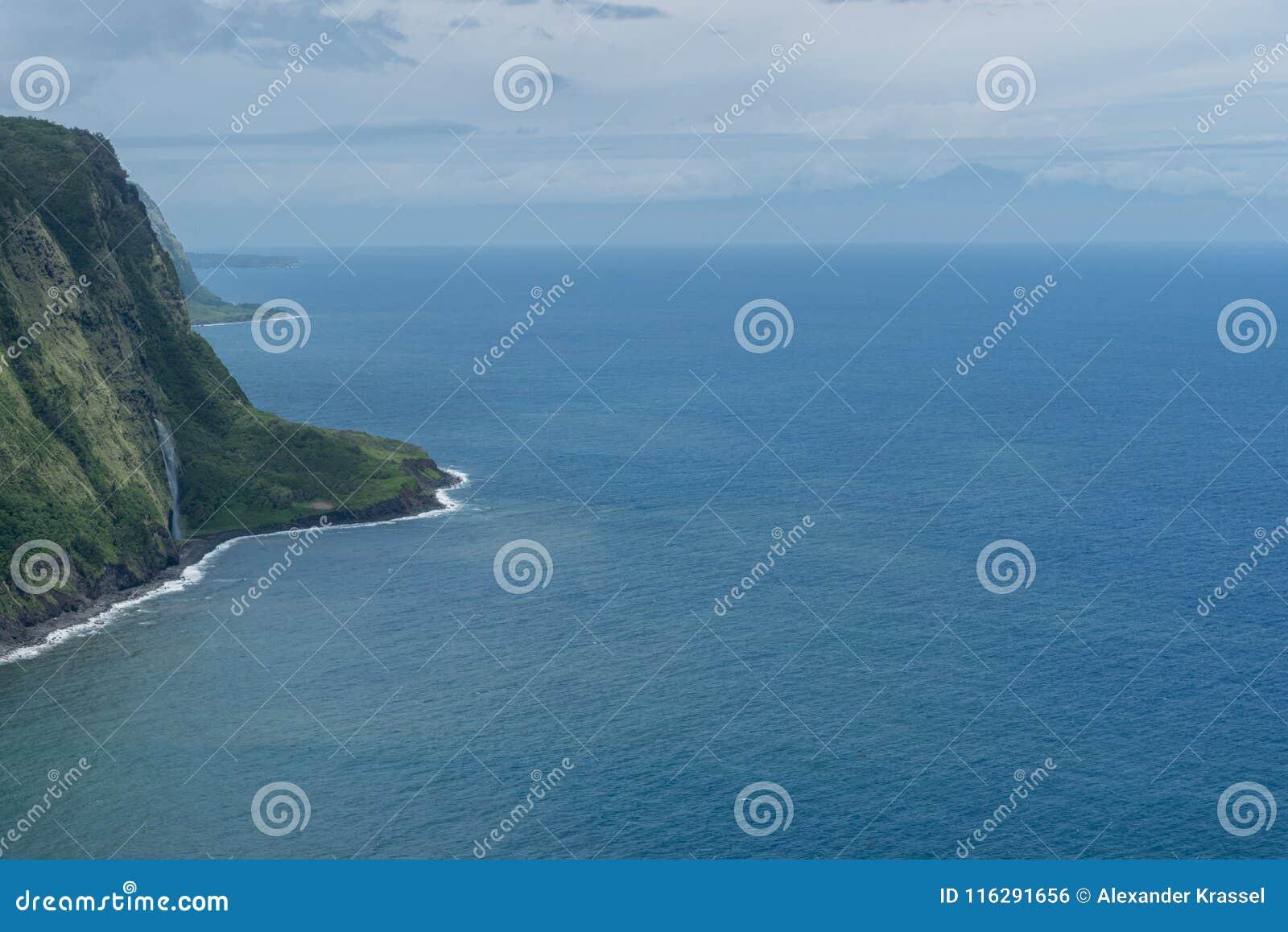 Waipio在夏威夷的大岛的谷远景有毛伊剪影的在背景中