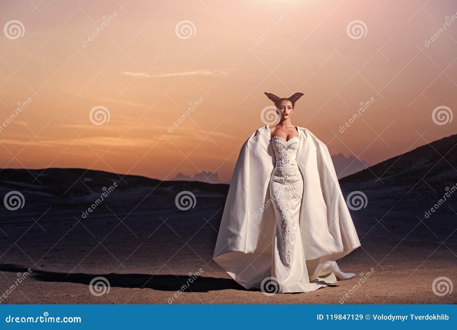 Wakacje i wakacje Panna młoda w piasek diunach na góra krajobrazie