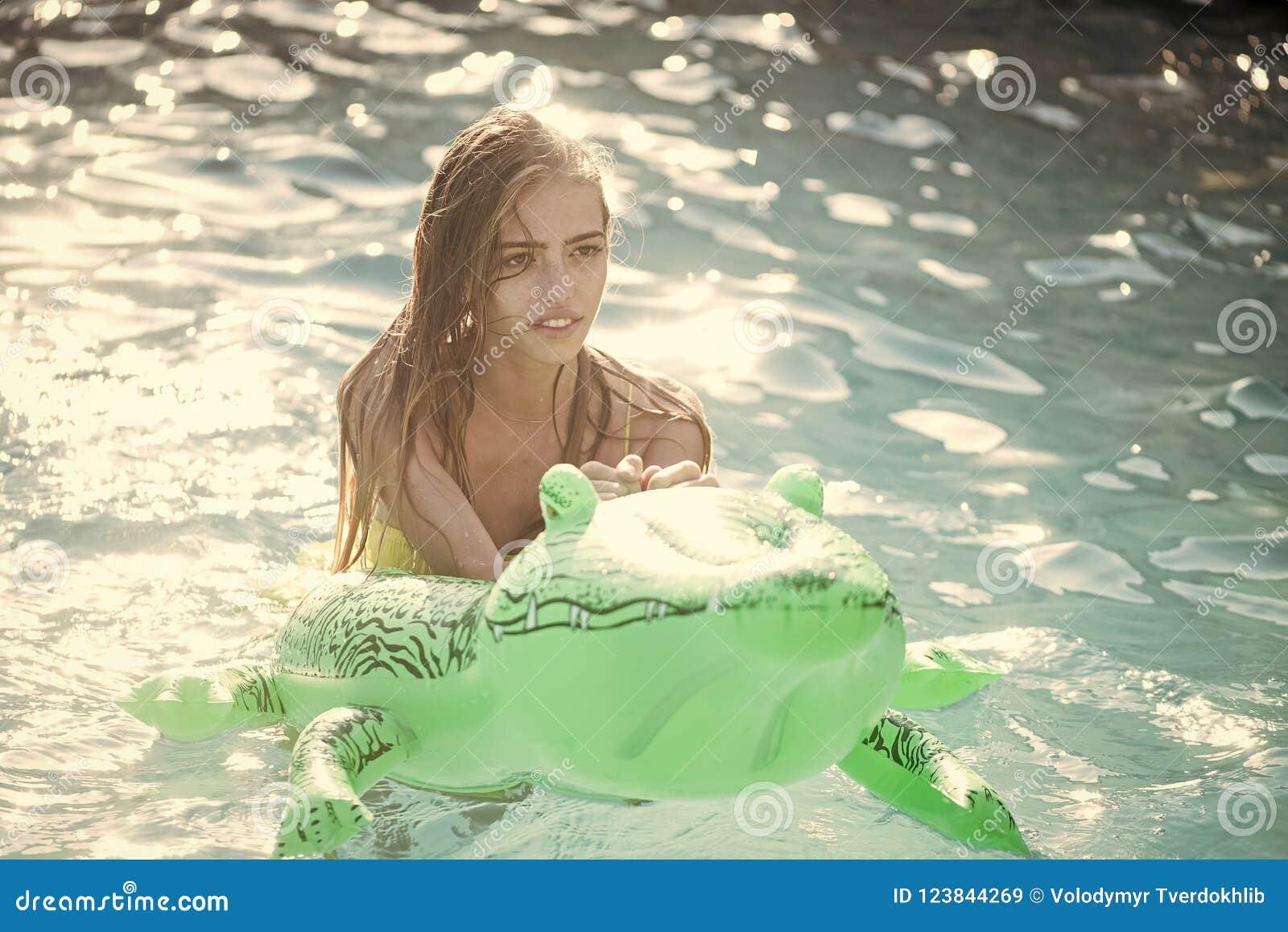 Wakacje i podróż ocean, Maldives Moda krokodyla dziewczyna w wodzie i skóra Przygody dziewczyna dalej