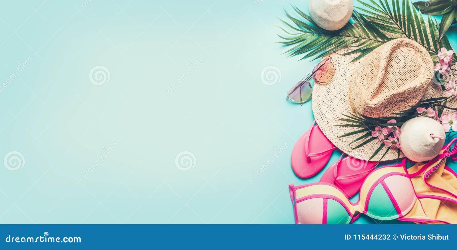 Wakacje letni sztandar Plażowi akcesoria: słomiany kapelusz, palma liście, słońc szkła, różowe trzepnięcie klapy, bikini i koksu
