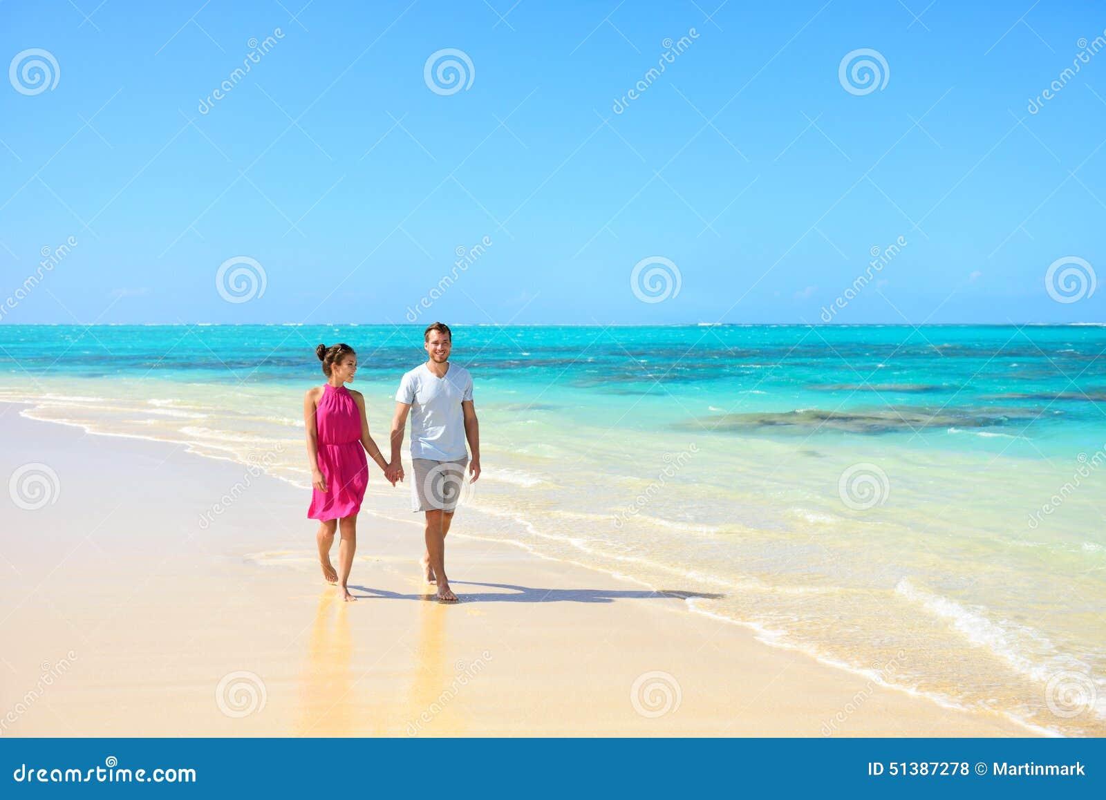 Wakacje pary odprowadzenie na plaża krajobrazie