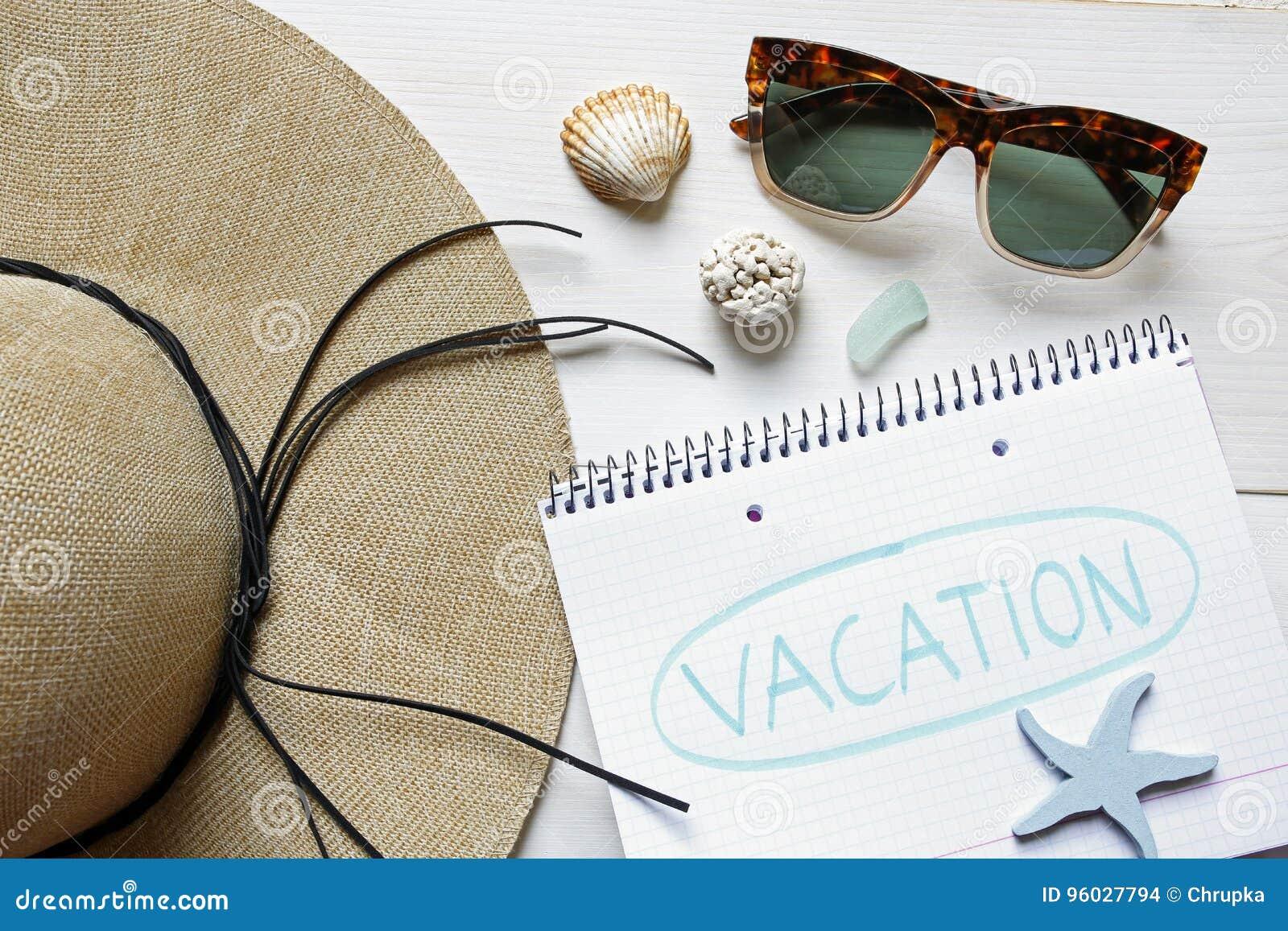 Wakacje pojęcia słomiany kapelusz, seashells, okulary przeciwsłoneczni i notatnik,