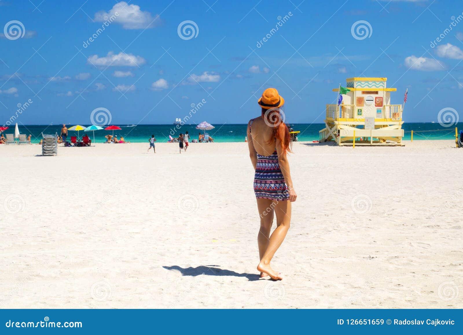 Wakacje przy Miami plażą Floryda Tylny widok czerwona włosiana kobieta w modnym stylowym lato stroju, ratownika wierza, dzieci ba