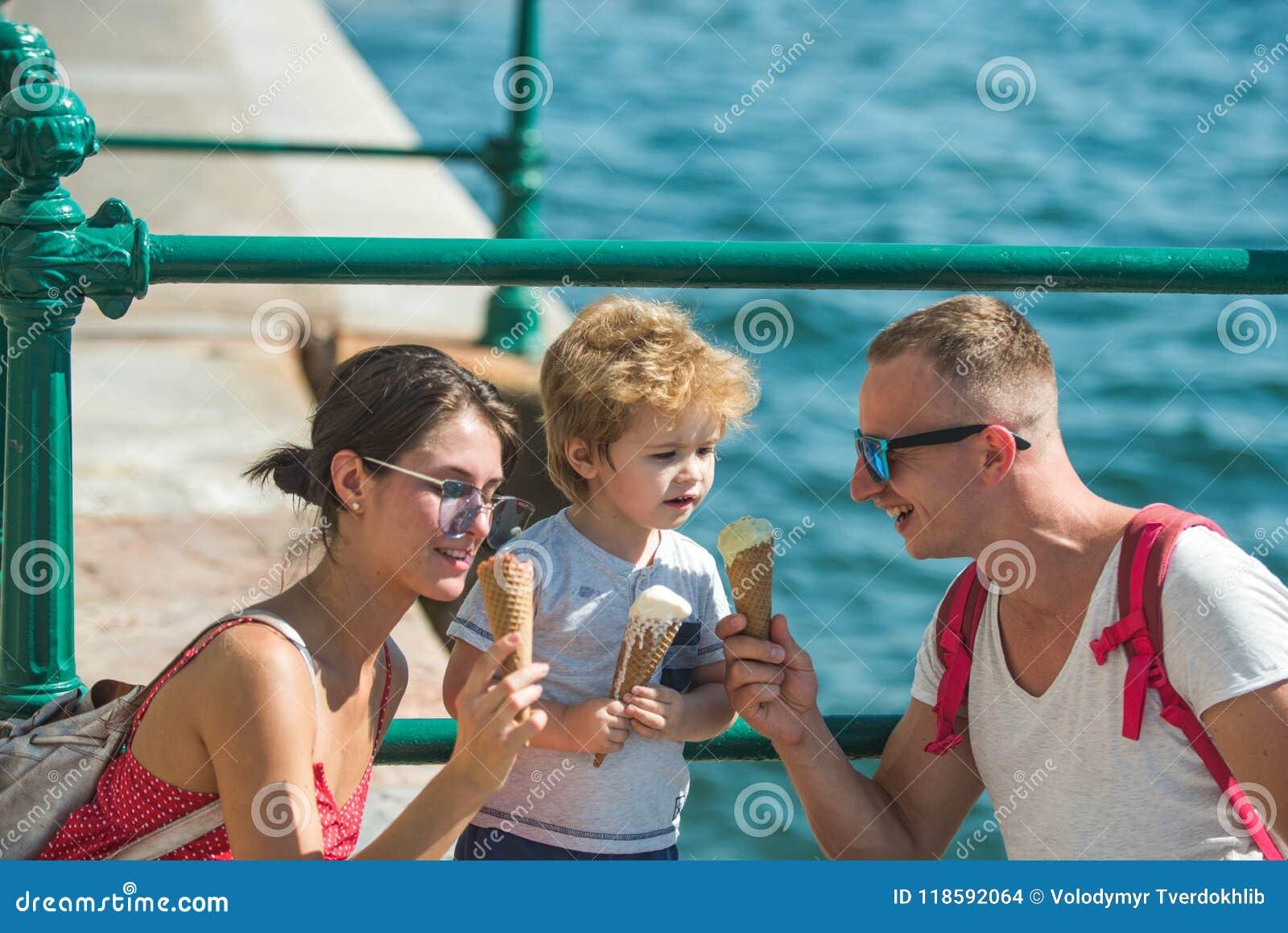 Wakacje szczęśliwa rodzina Matka i ojciec z synem jemy lody przy morzem Dziecko z ojciec i matka rodzina