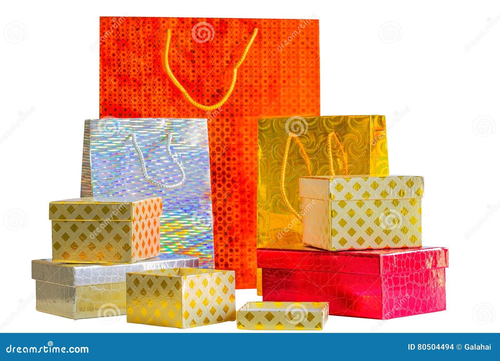 Wakacji pakunki i mali prezentów pudełka na białym tle